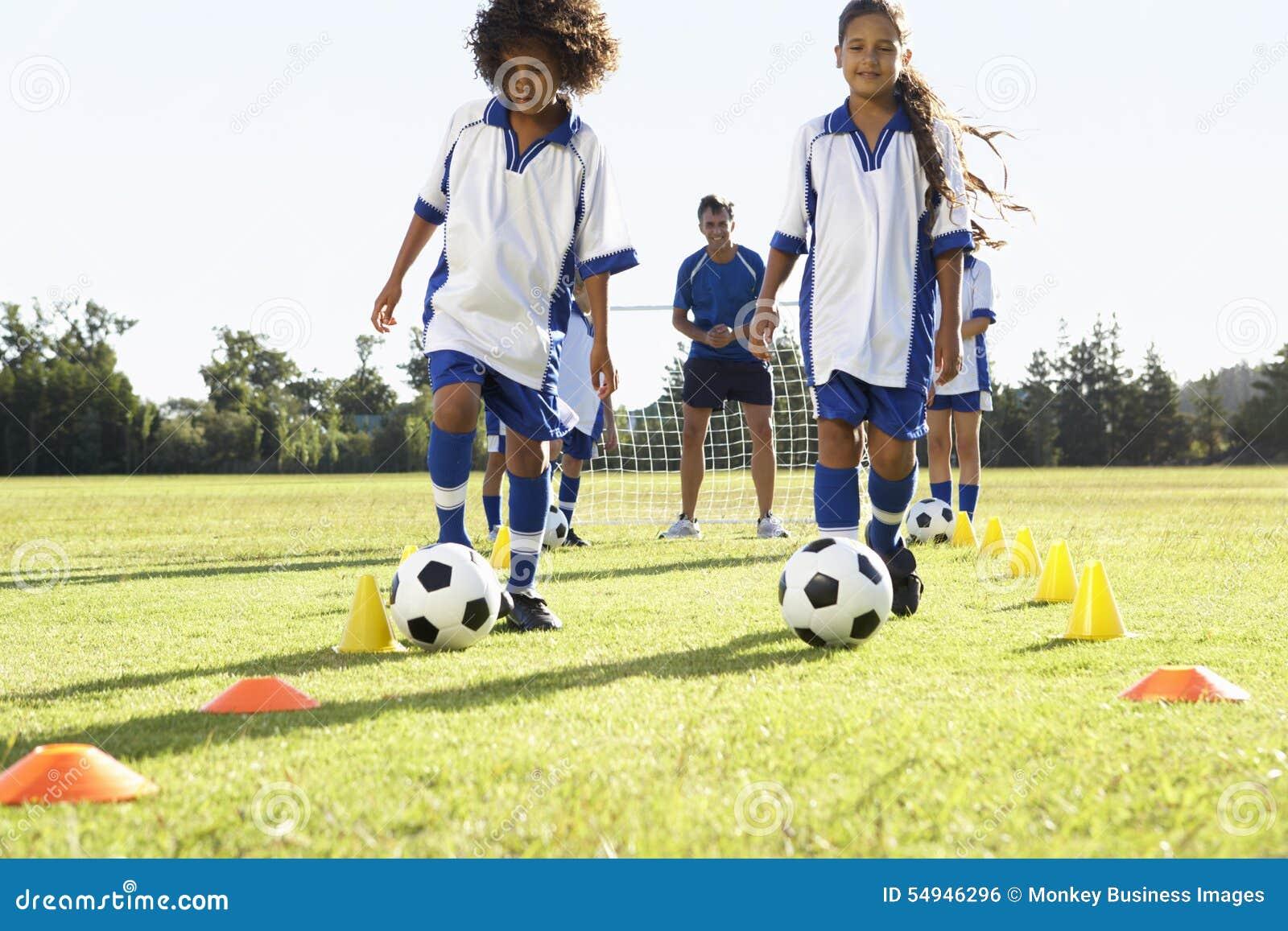 Grupp av barn i fotboll Team Having Training With Coach