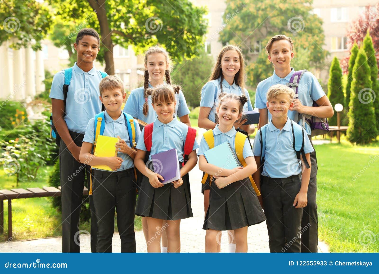 Grupp av barn i stilfull skolalikformig
