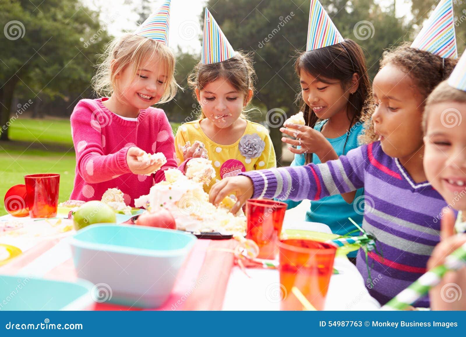 Grupp av barn som har det utomhus- födelsedagpartiet