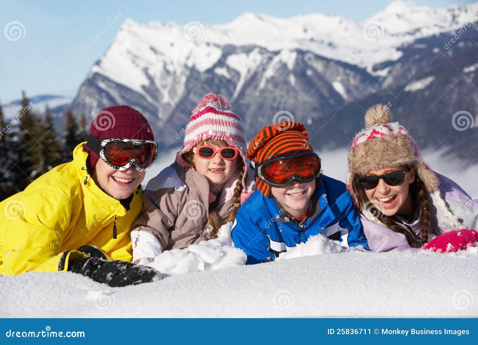 Grupp av barn som har gyckel i berg