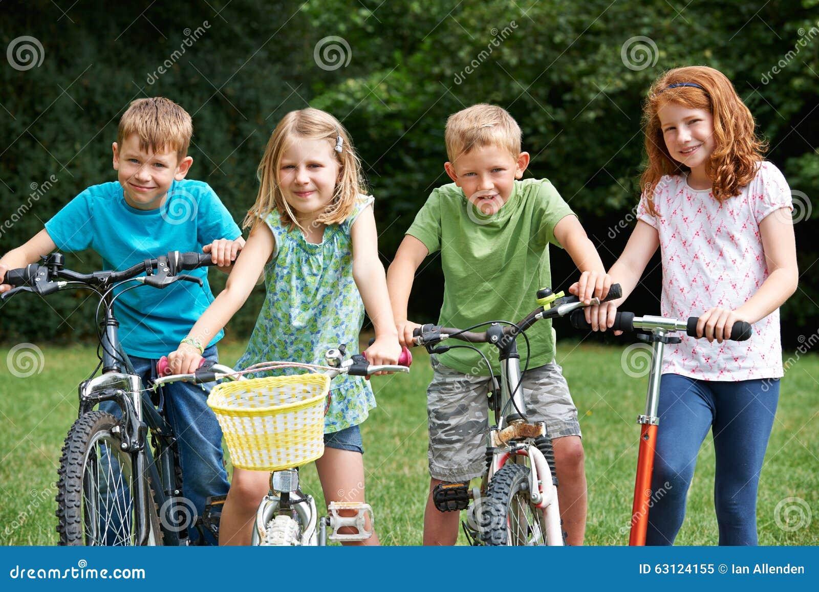 Grupp av barn som spelar på cyklar och sparkcykeln