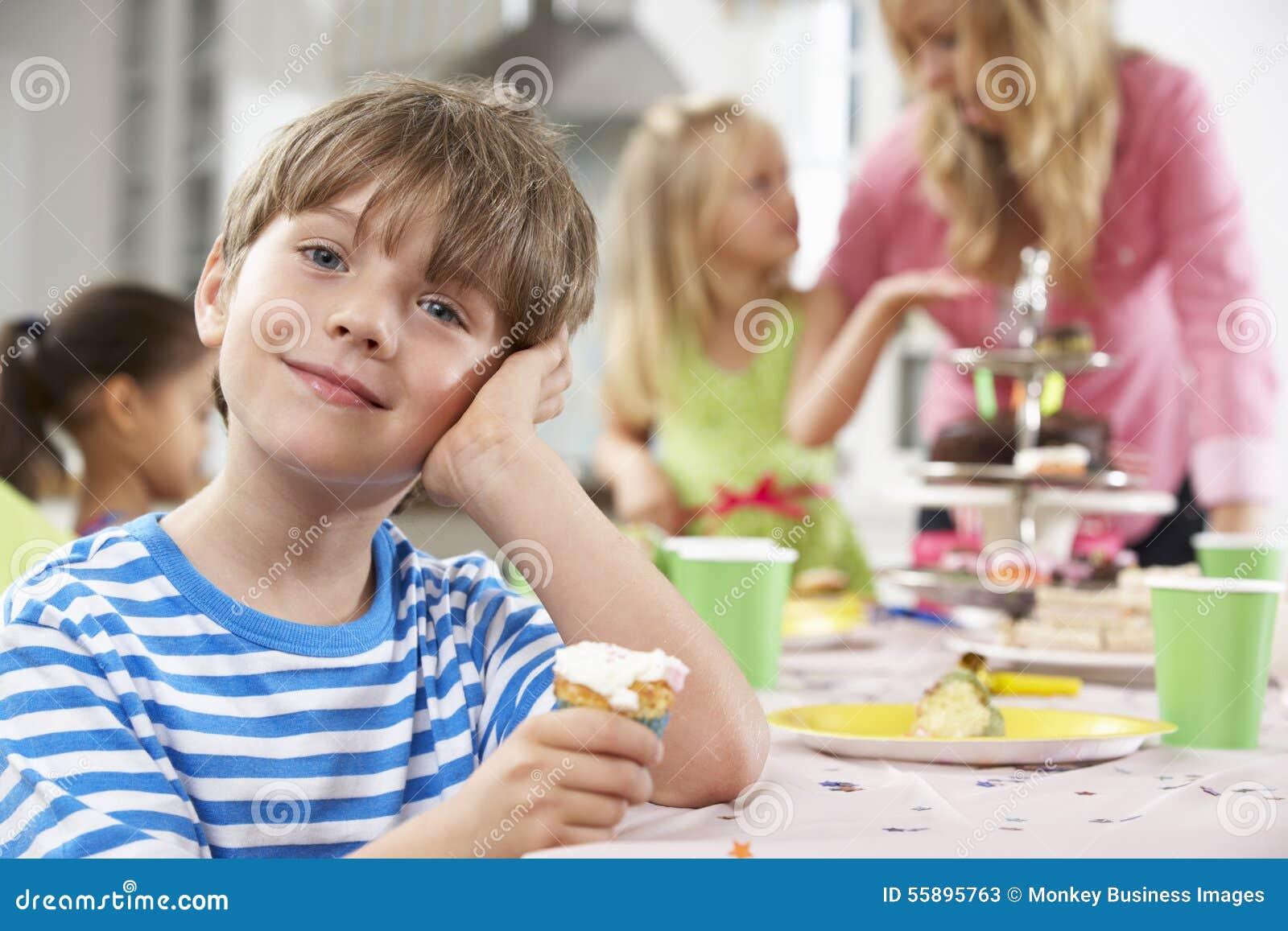 Grupp av barn som tycker om mat för födelsedagparti på tabellen