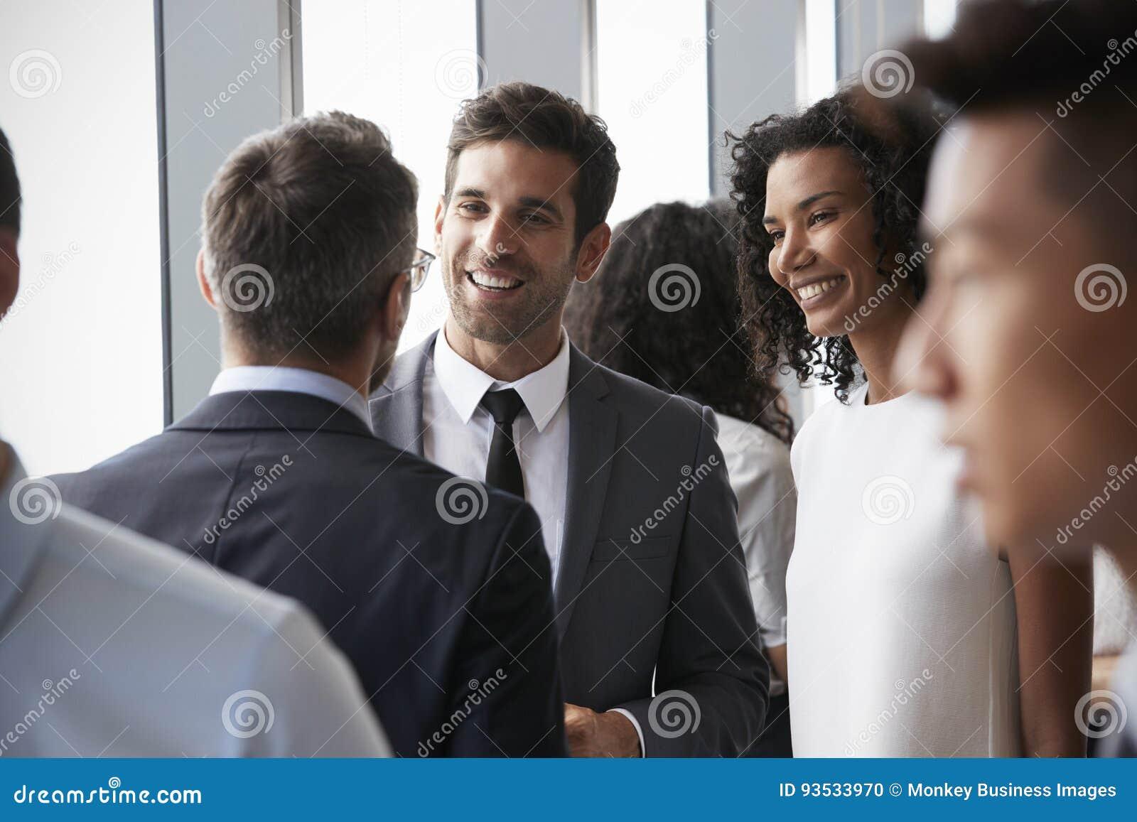 Grupp av Businesspeople som har informellt kontorsmöte