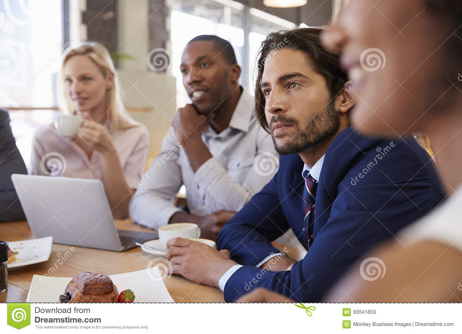 Grupp av Businesspeople som har möte i coffee shop
