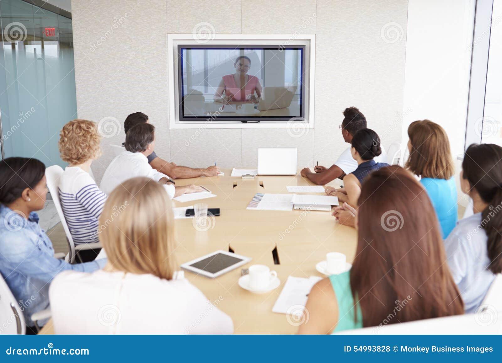 Grupp av Businesspeople som har videokonferens i styrelse