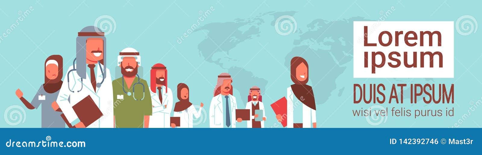 Grupp av det arabiska doktorslaget som tillsammans står arbetare för sjukhus för mötekonferensbegrepp arabiska medicinska över vä