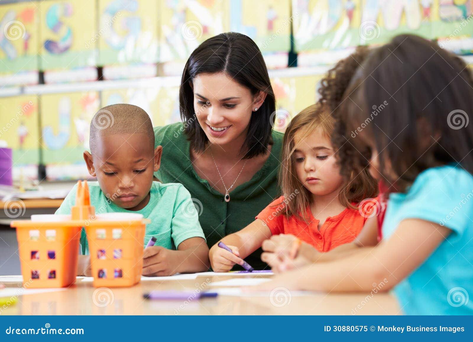 Grupp av elementära ålderbarn i Art Class With Teacher