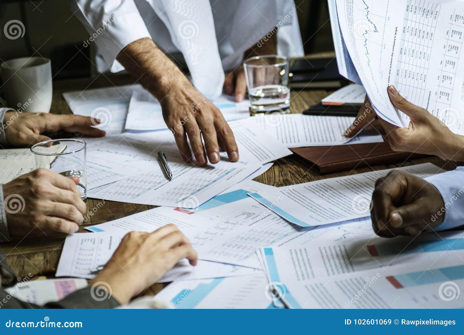 Grupp av entreprenören som analyserar för investering i mötesrum