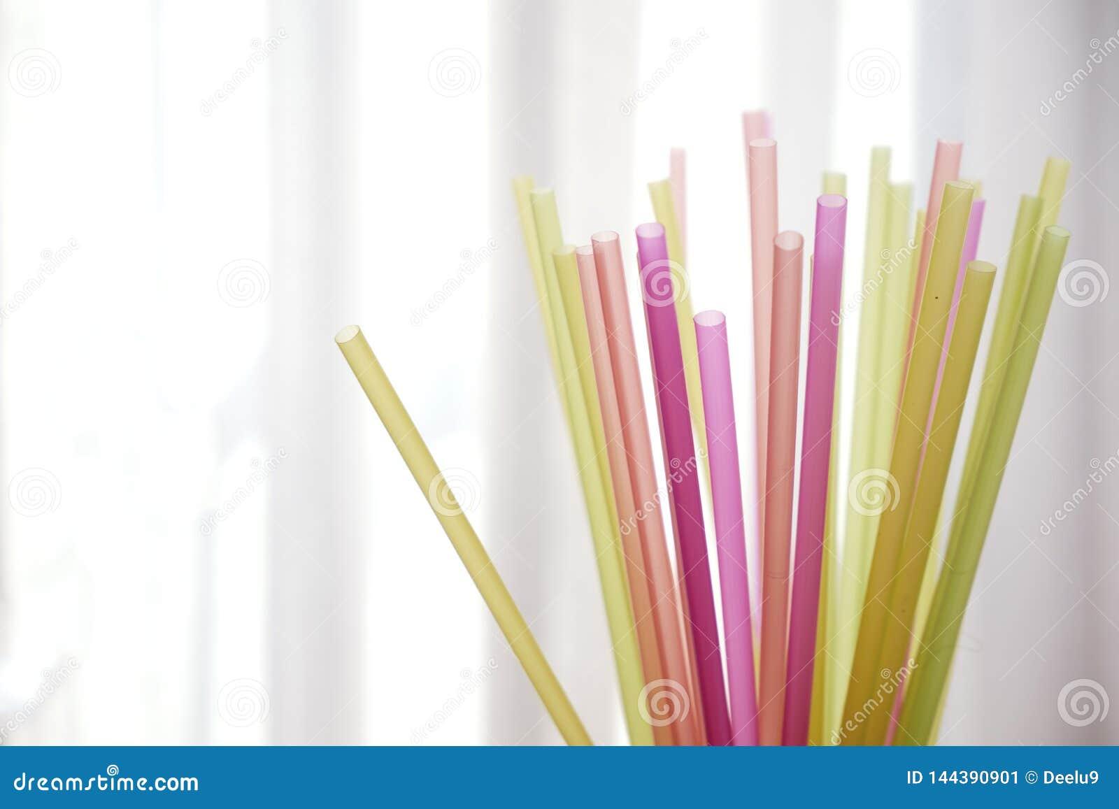 Grupp av färgrika plast- sugrör