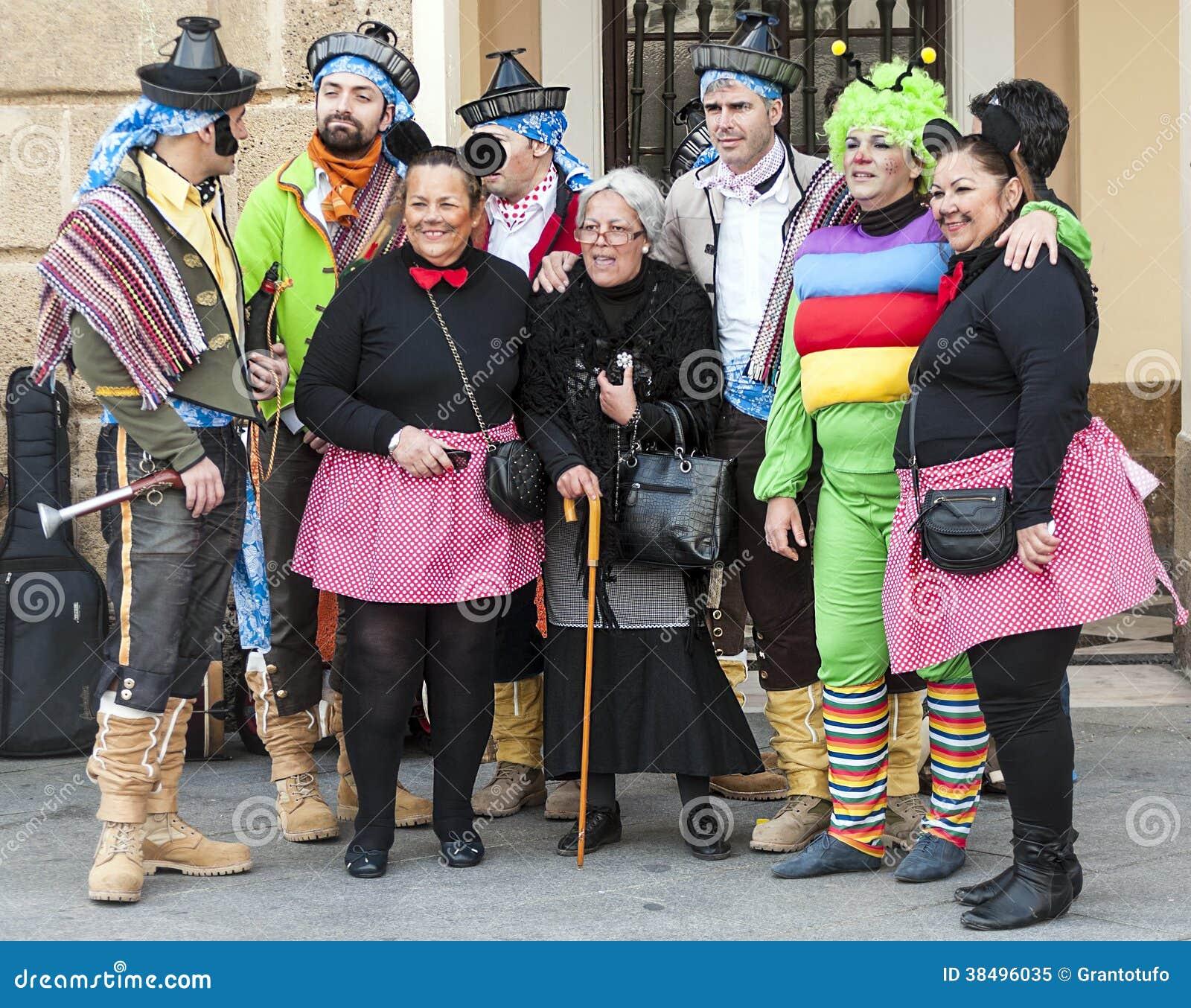 Grupp av förklätt folk