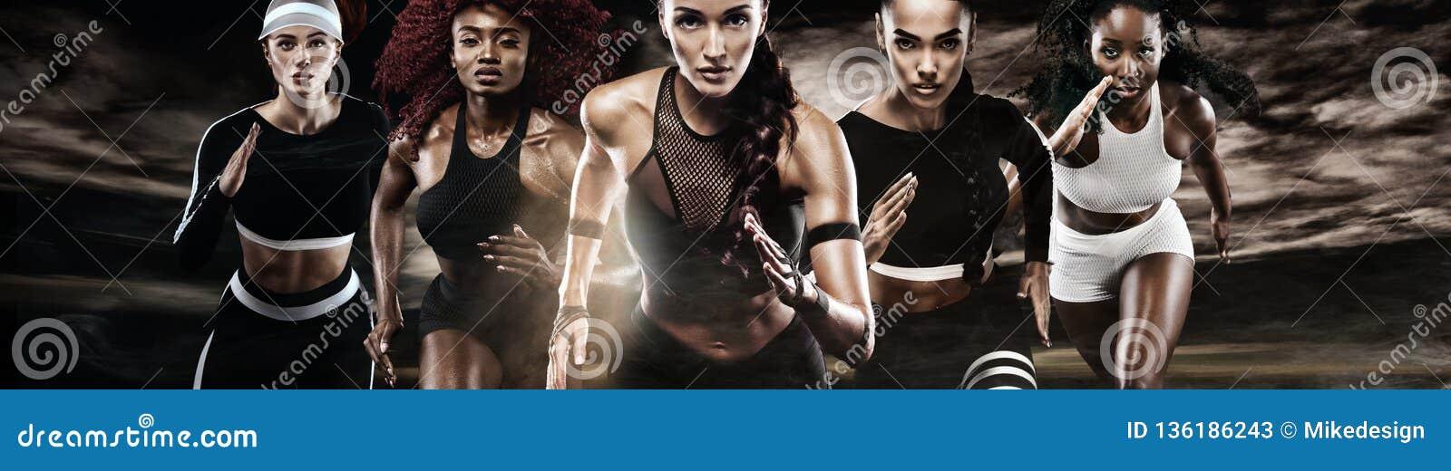 Grupp av fem starka idrotts- kvinnor, sprinter, spring på mörk bakgrund som bär i sportswearen, kondition och sporten