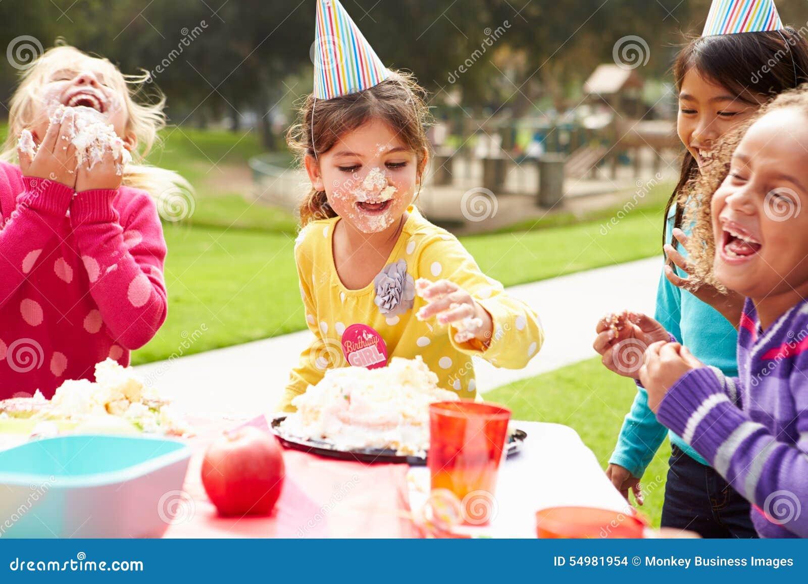 Grupp av flickor som har det utomhus- födelsedagpartiet