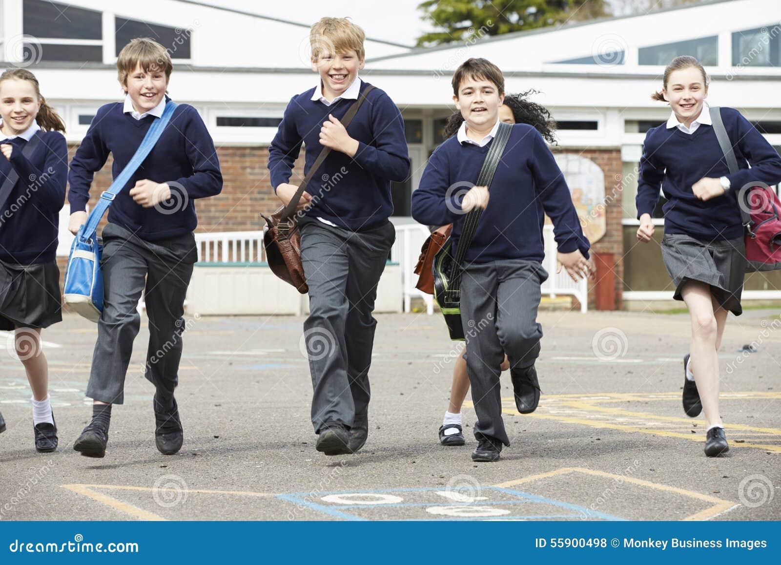 Grupp av grundskolaelever som kör i lekplats