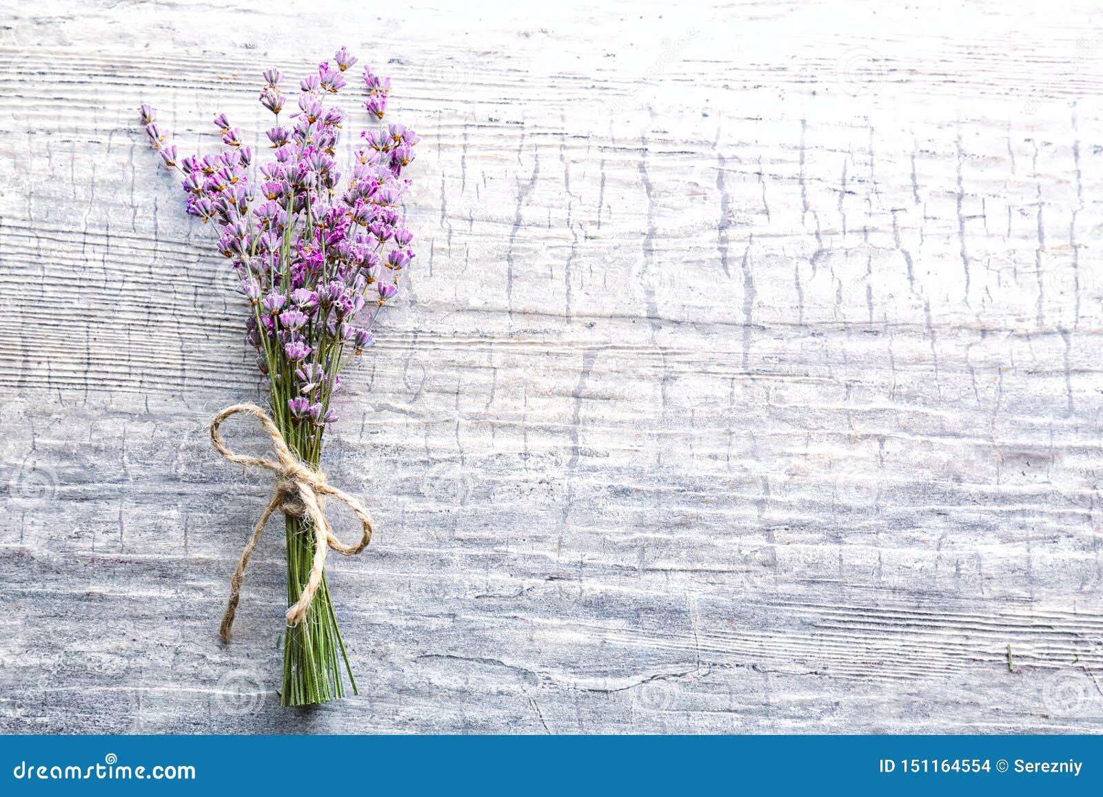 Grupp av härliga blommande lavendelblommor på träbakgrund