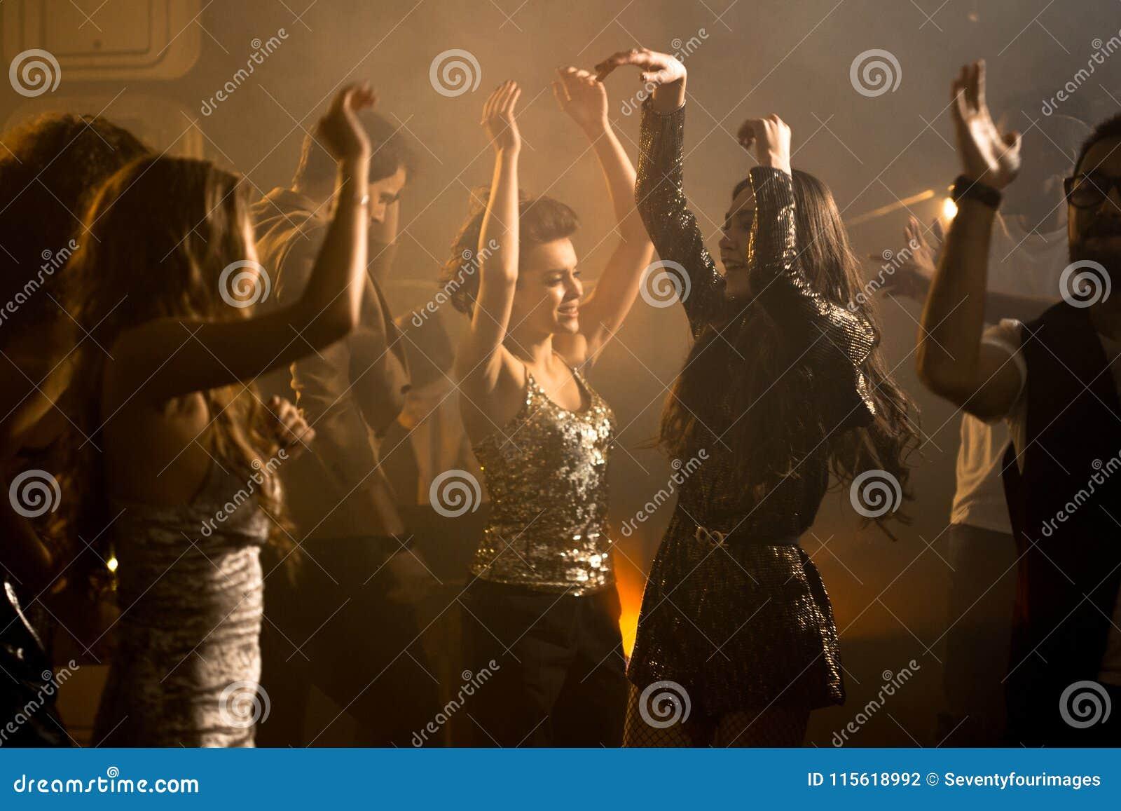 Grupp av härliga flickor på Dance Floor