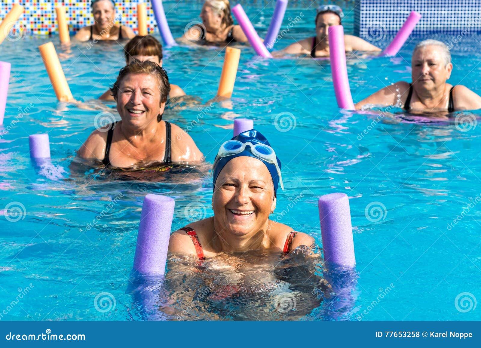 Grupp av höga kvinnor på aquaidrottshallperioden