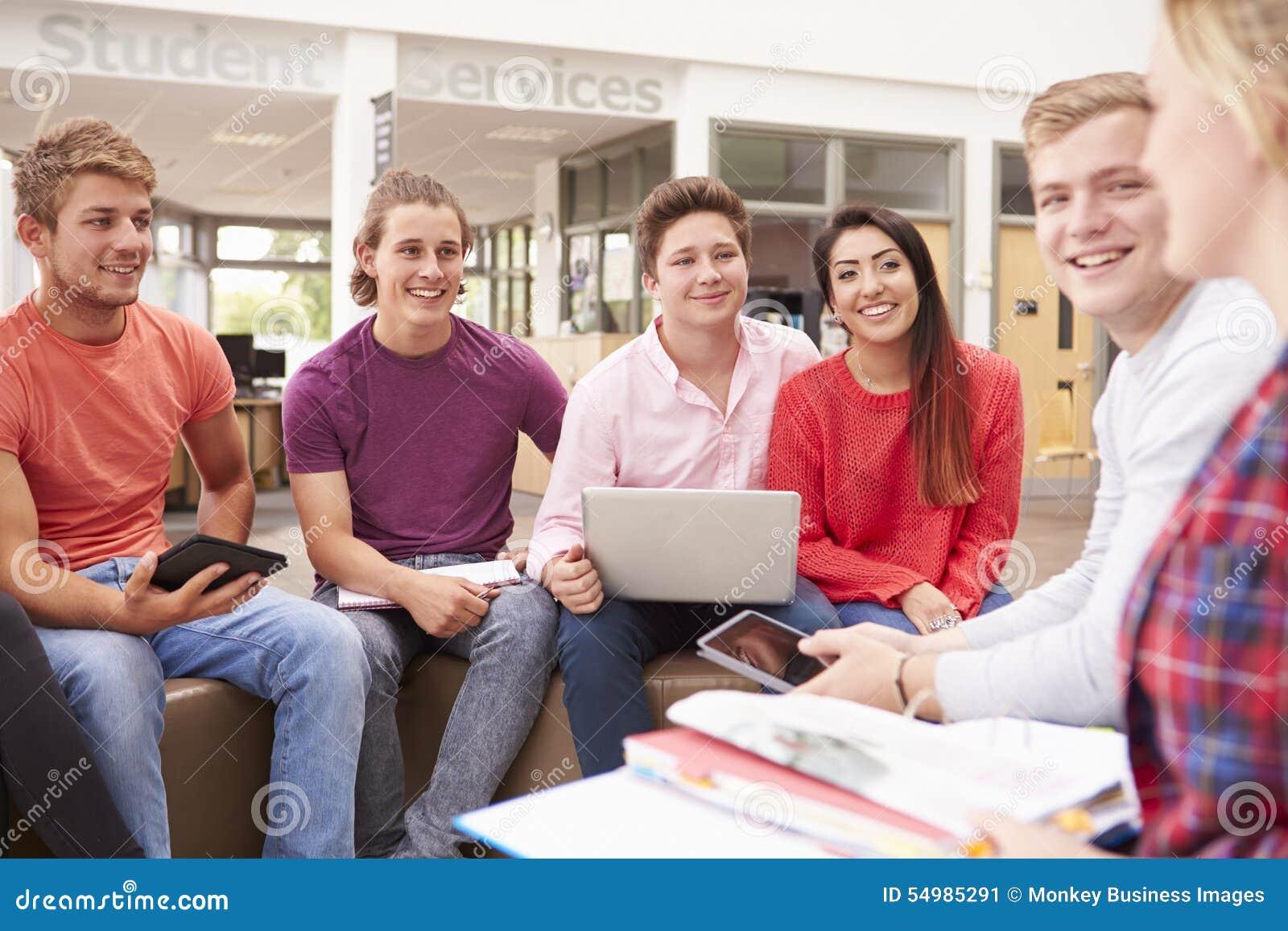 Grupp av högskolestudenter som tillsammans sitter och talar
