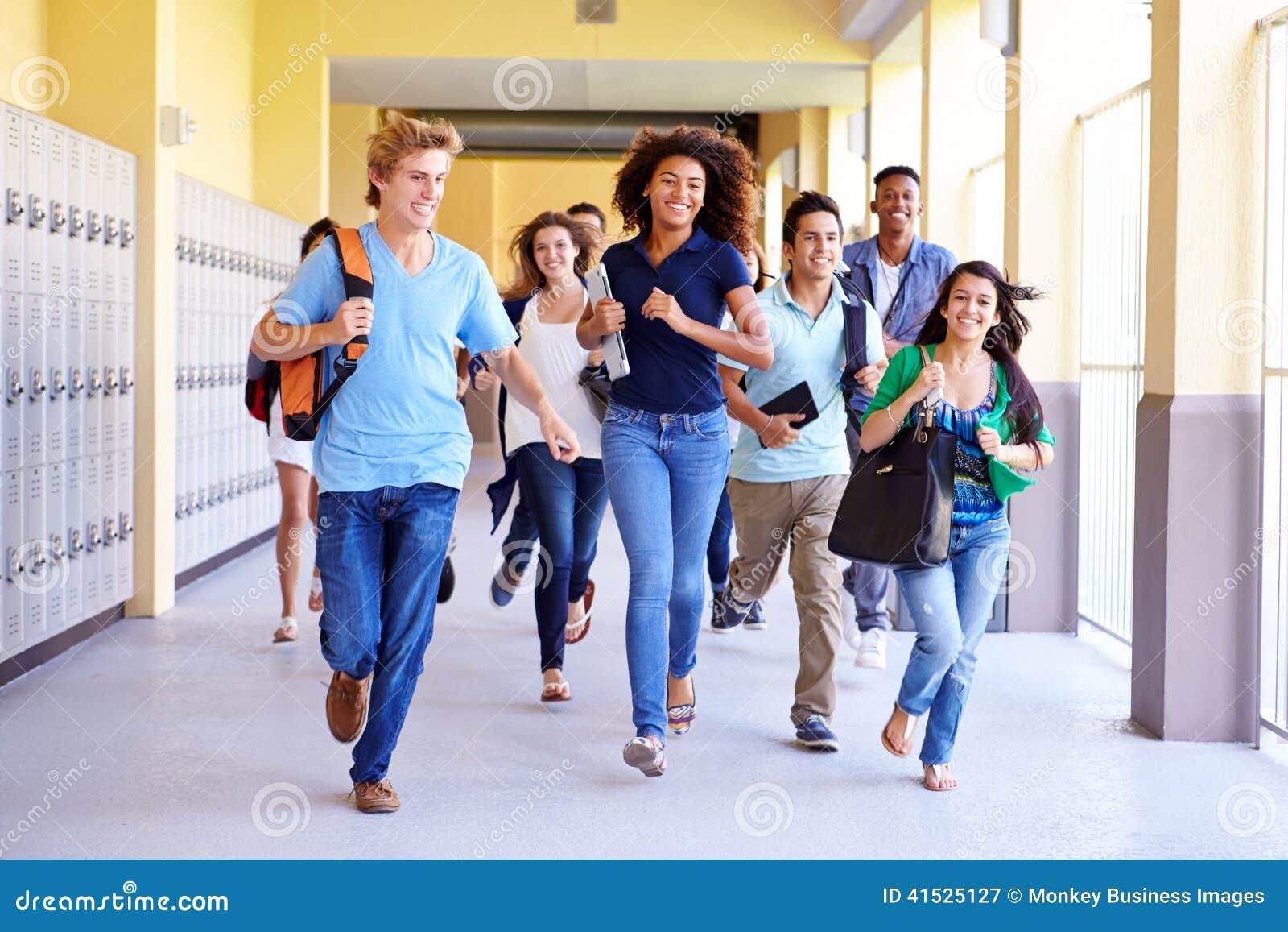 Grupp av högstadiumstudenter som kör i korridor