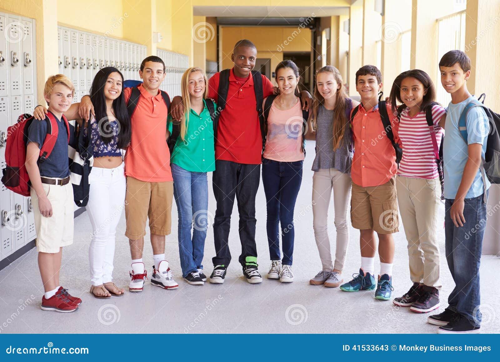 Grupp av högstadiumstudenter som står i korridor