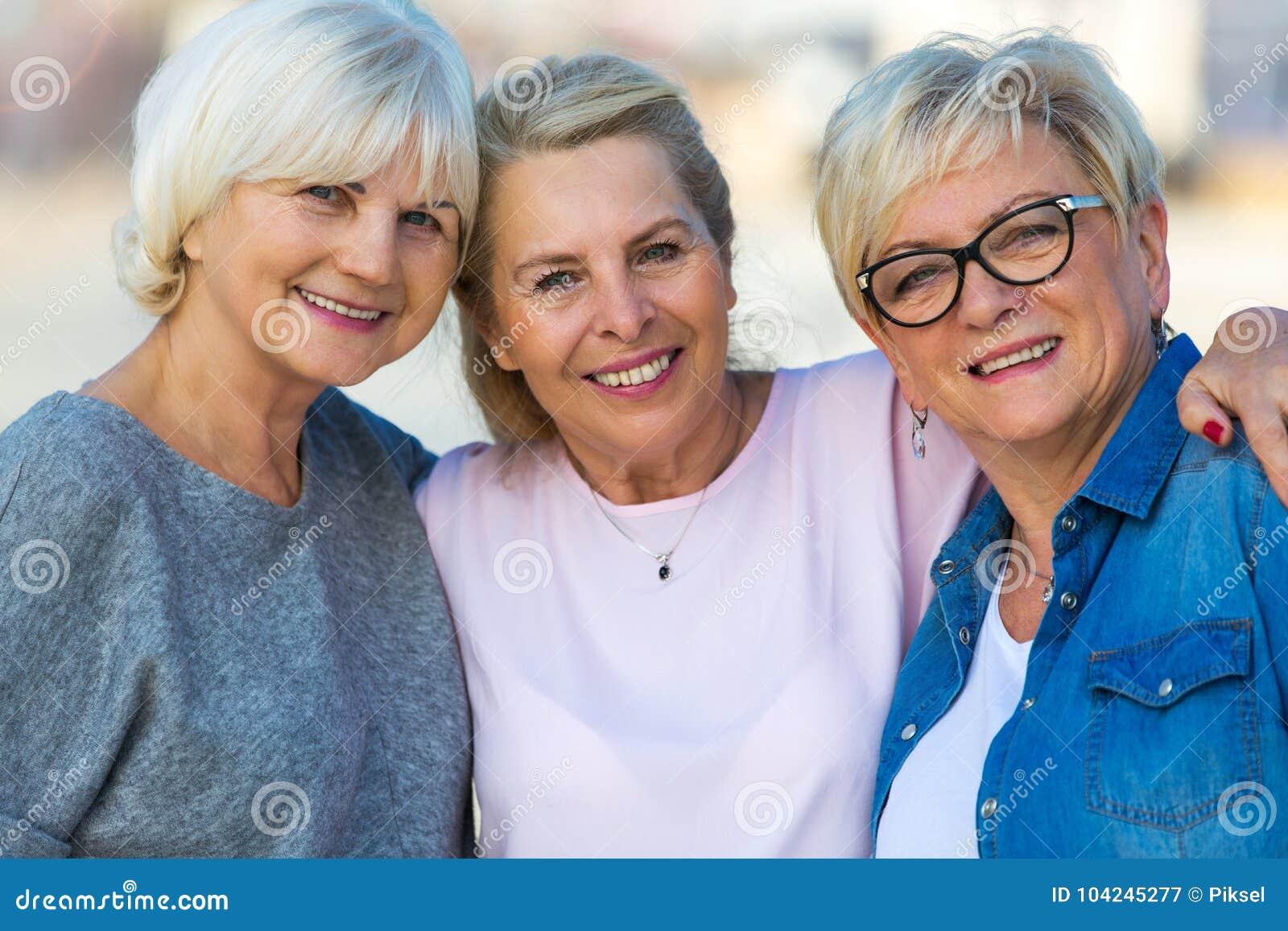 Grupp av högt le för kvinnor