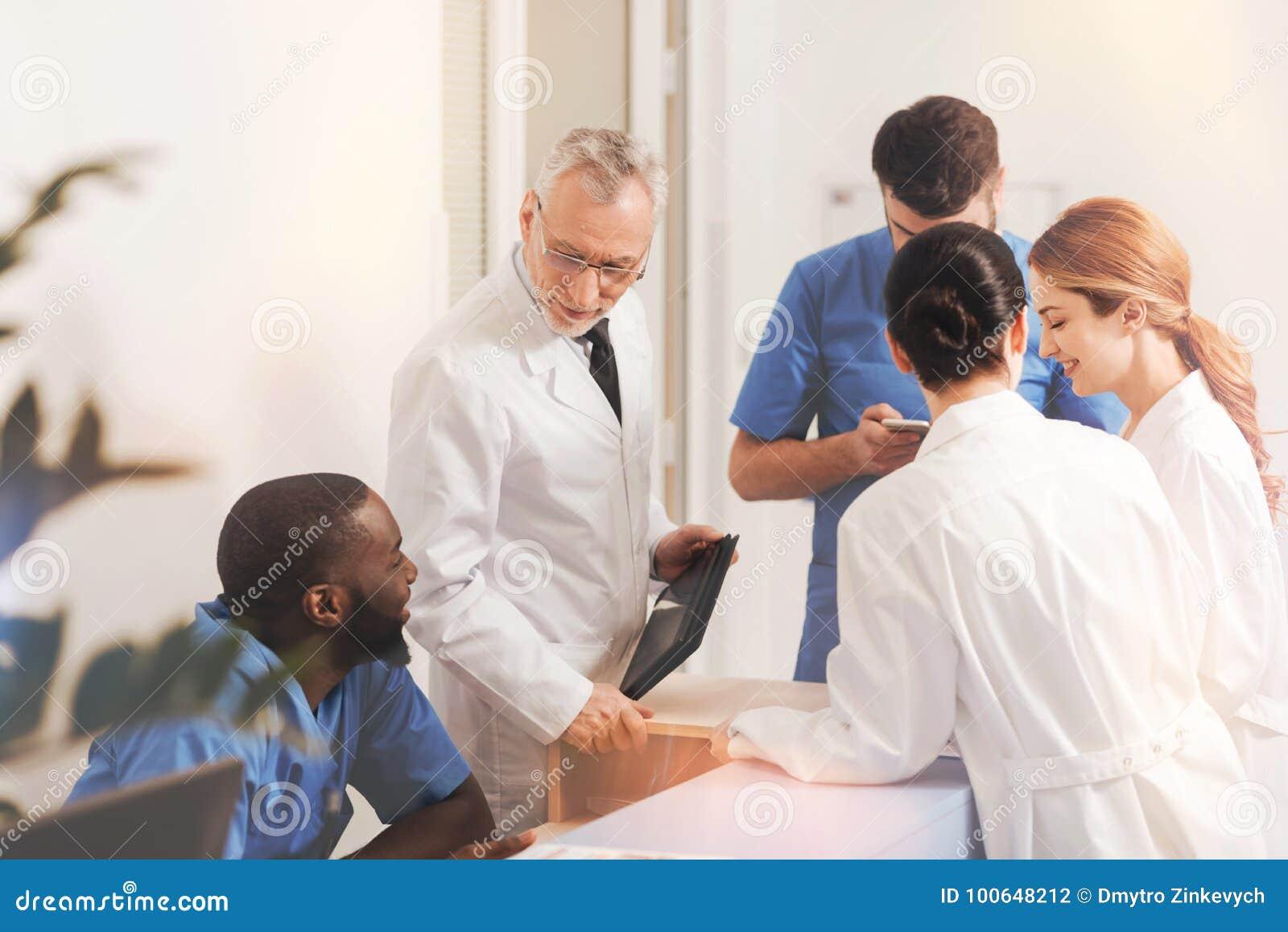 Grupp av kollegor som har intressant konversation