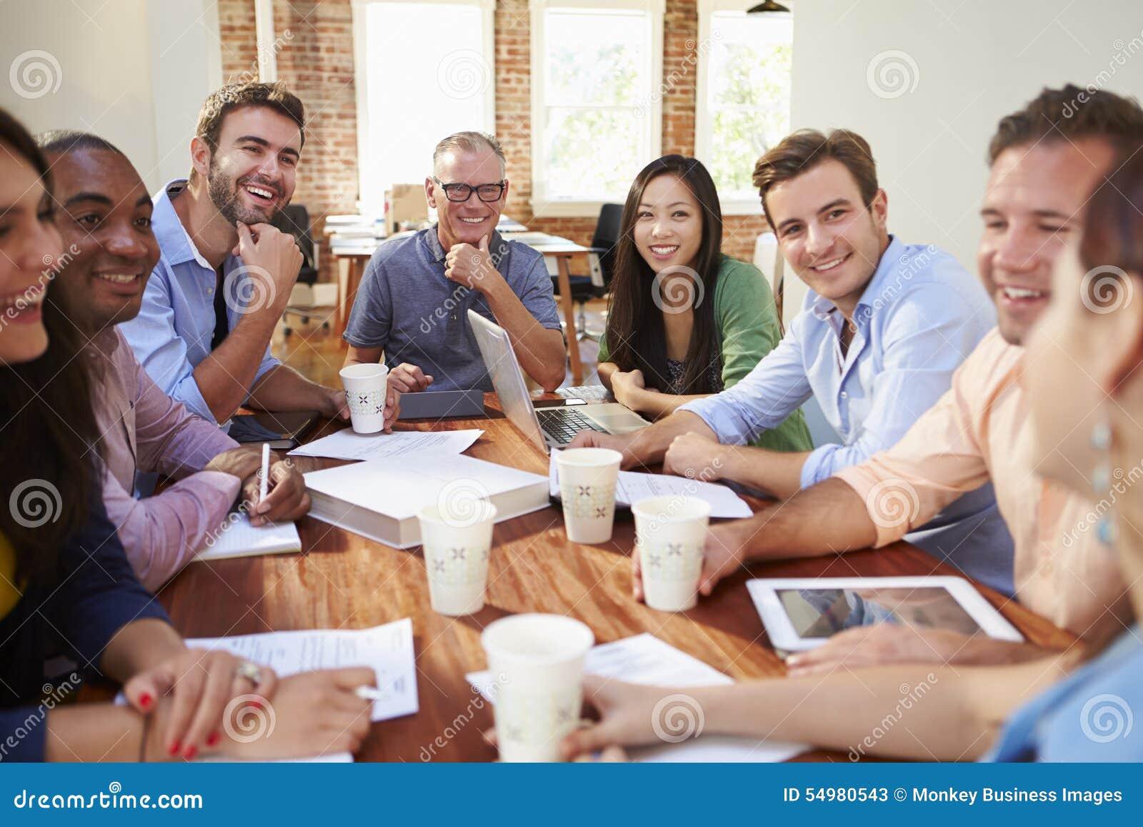 Grupp av kontorsarbetare som möter för att diskutera idéer