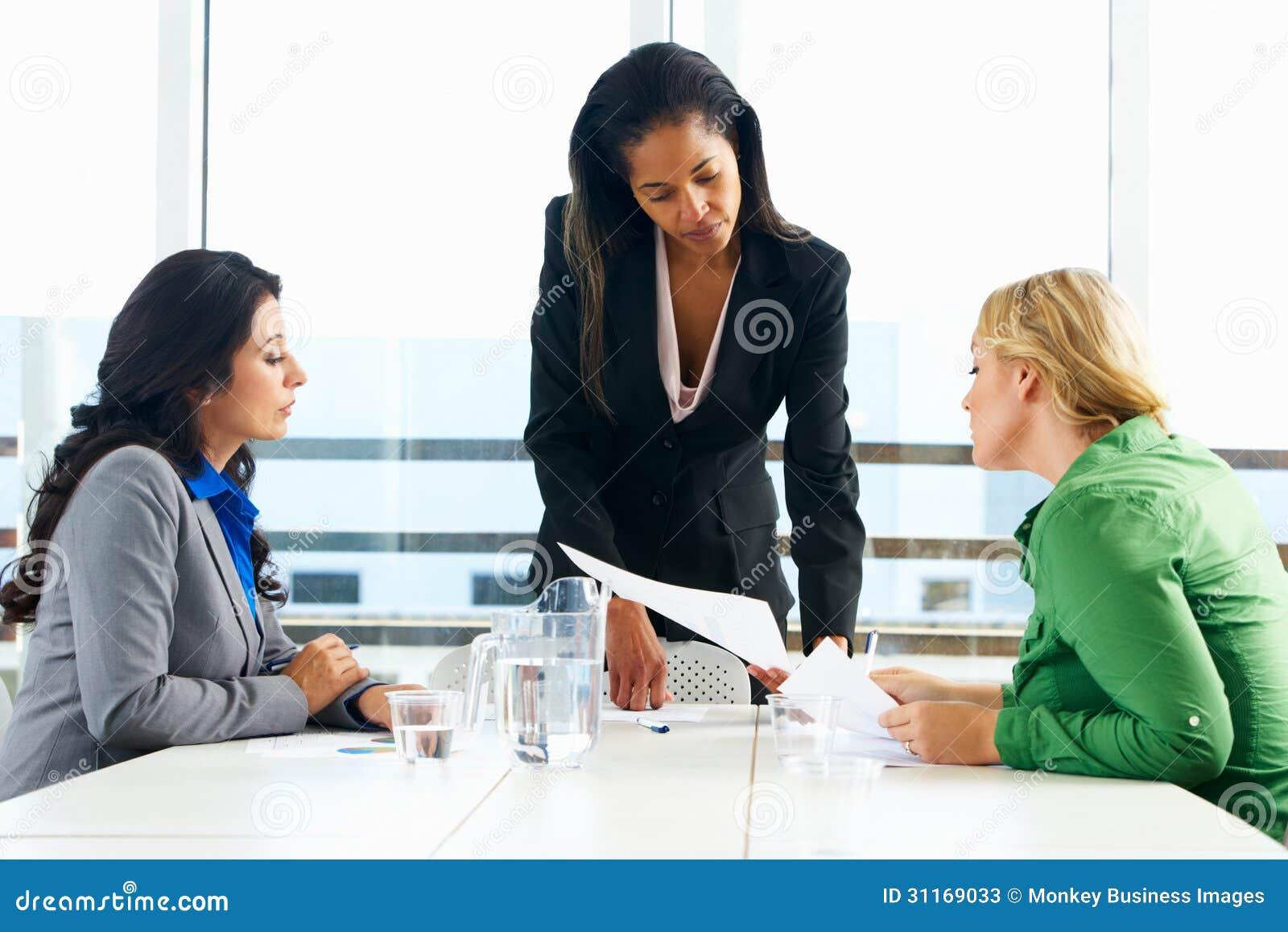 Grupp av kvinnor som i regeringsställning möter