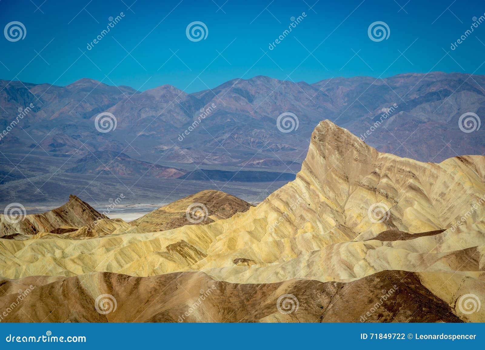 Grupp av lokaler och turisten som tycker om en dag för blå himmel i den Death Valley nationalparken