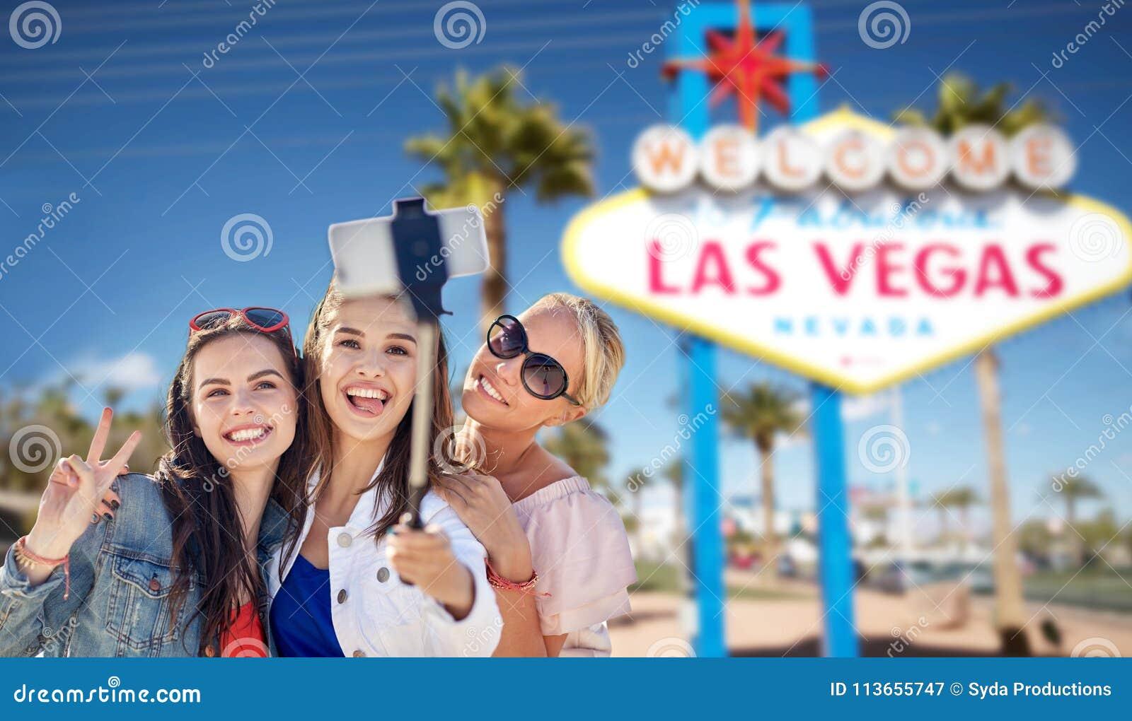 Grupp av lyckliga kvinnor eller vänner på Las Vegas