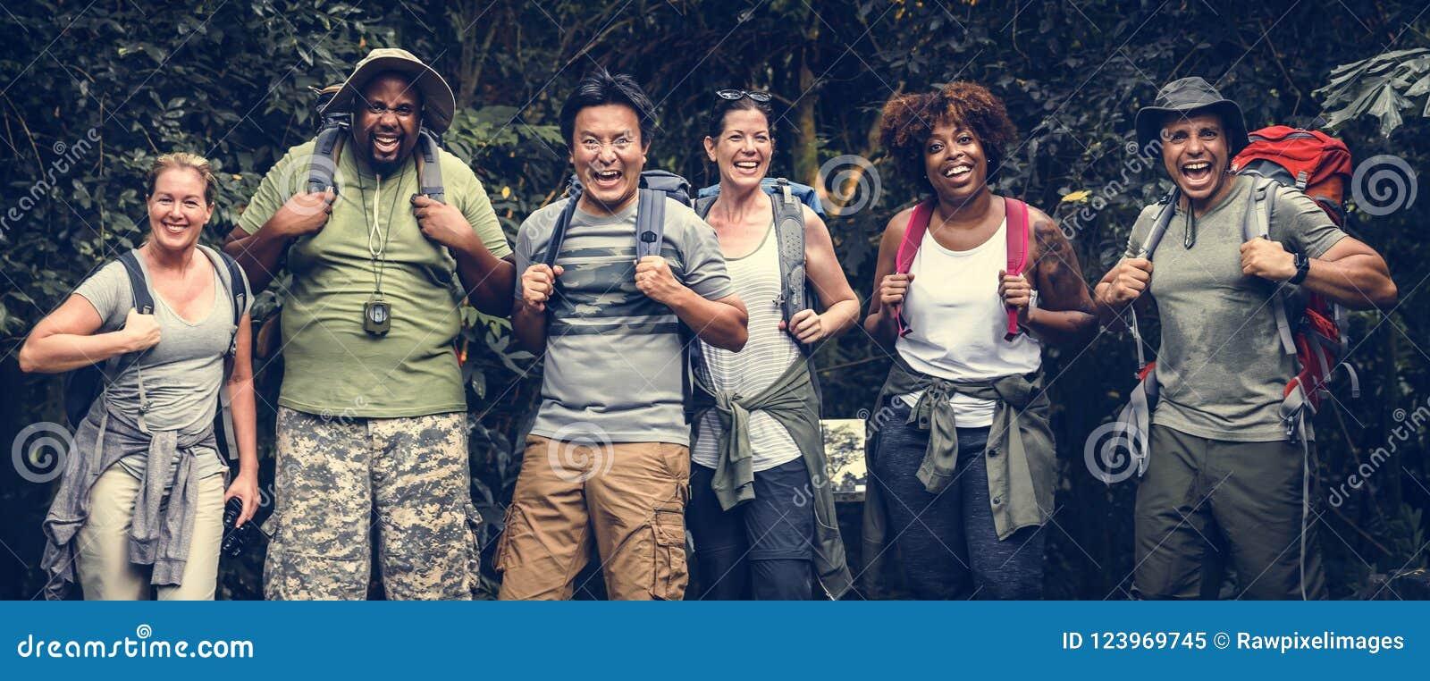 Grupp av lyckliga olika campare