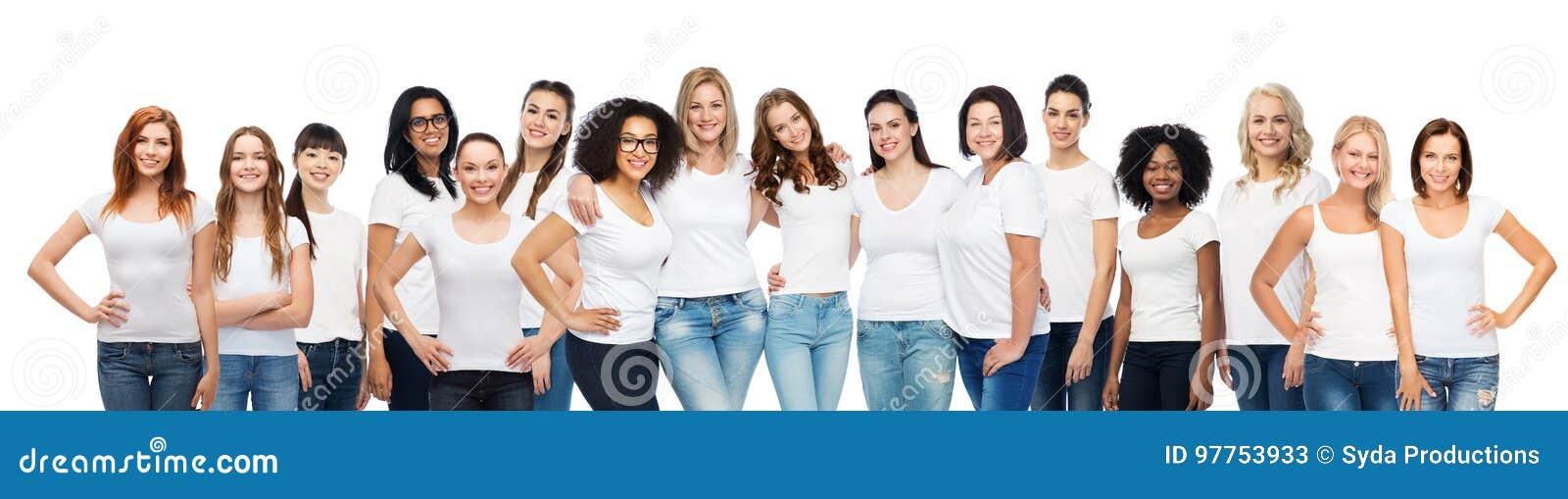 Grupp av lyckliga olika kvinnor i vita t-skjortor