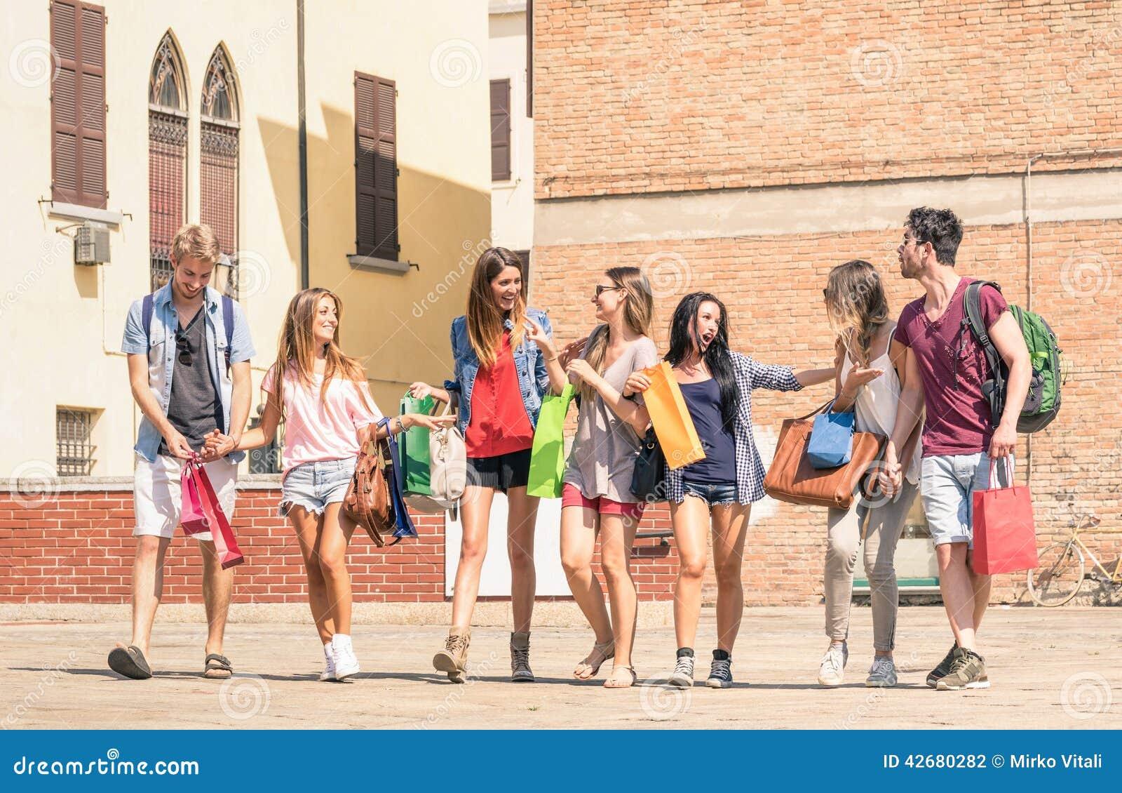 Grupp av lyckliga studentbästa vän med shoppingpåsar