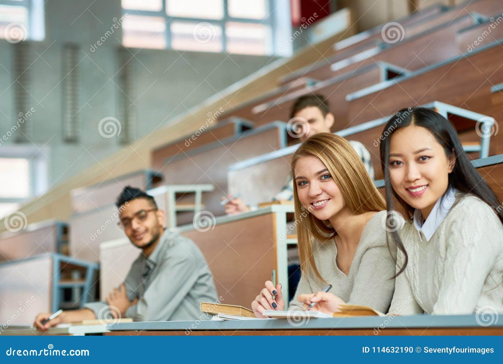 Grupp av lyckliga studenter i högskola