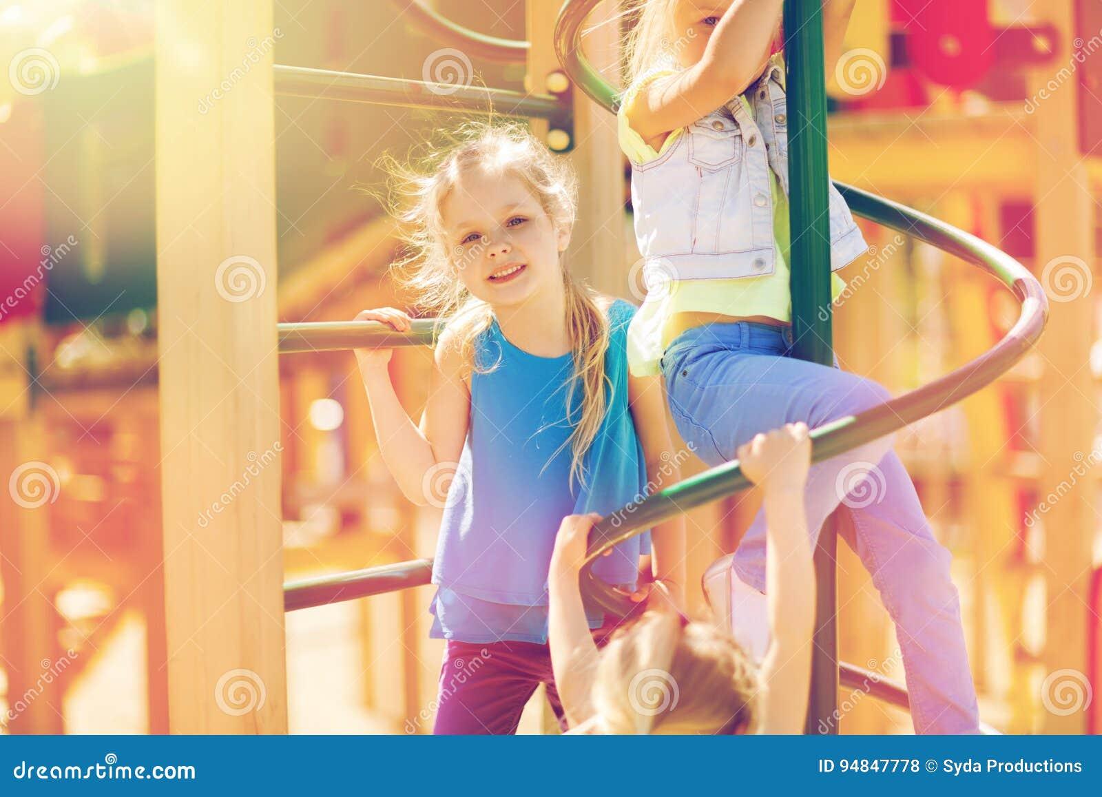 Grupp av lyckliga ungar på barnlekplats