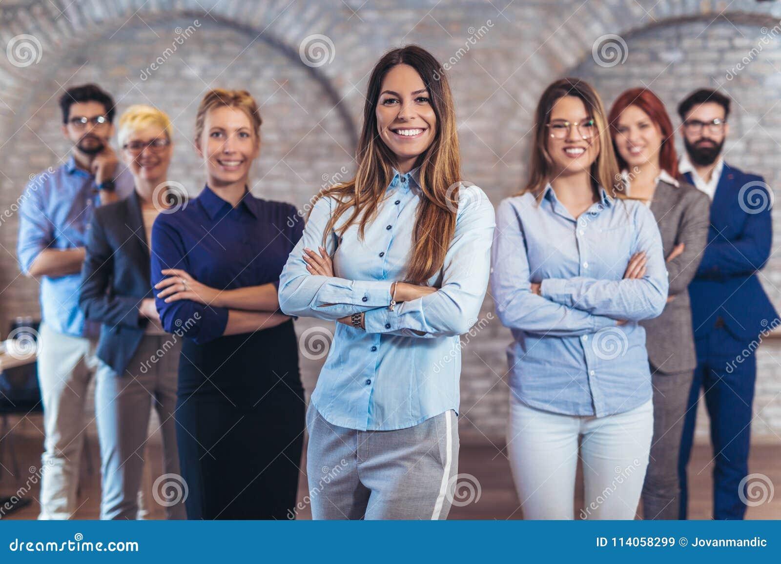 Grupp av lyckligt affärsfolk och företagspersonalen i modernt kontor