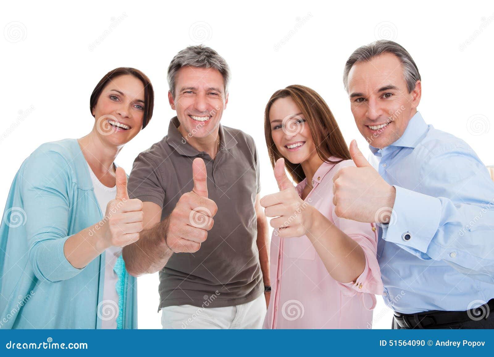 Grupp av lyckligt folk som visar tummen upp tecken
