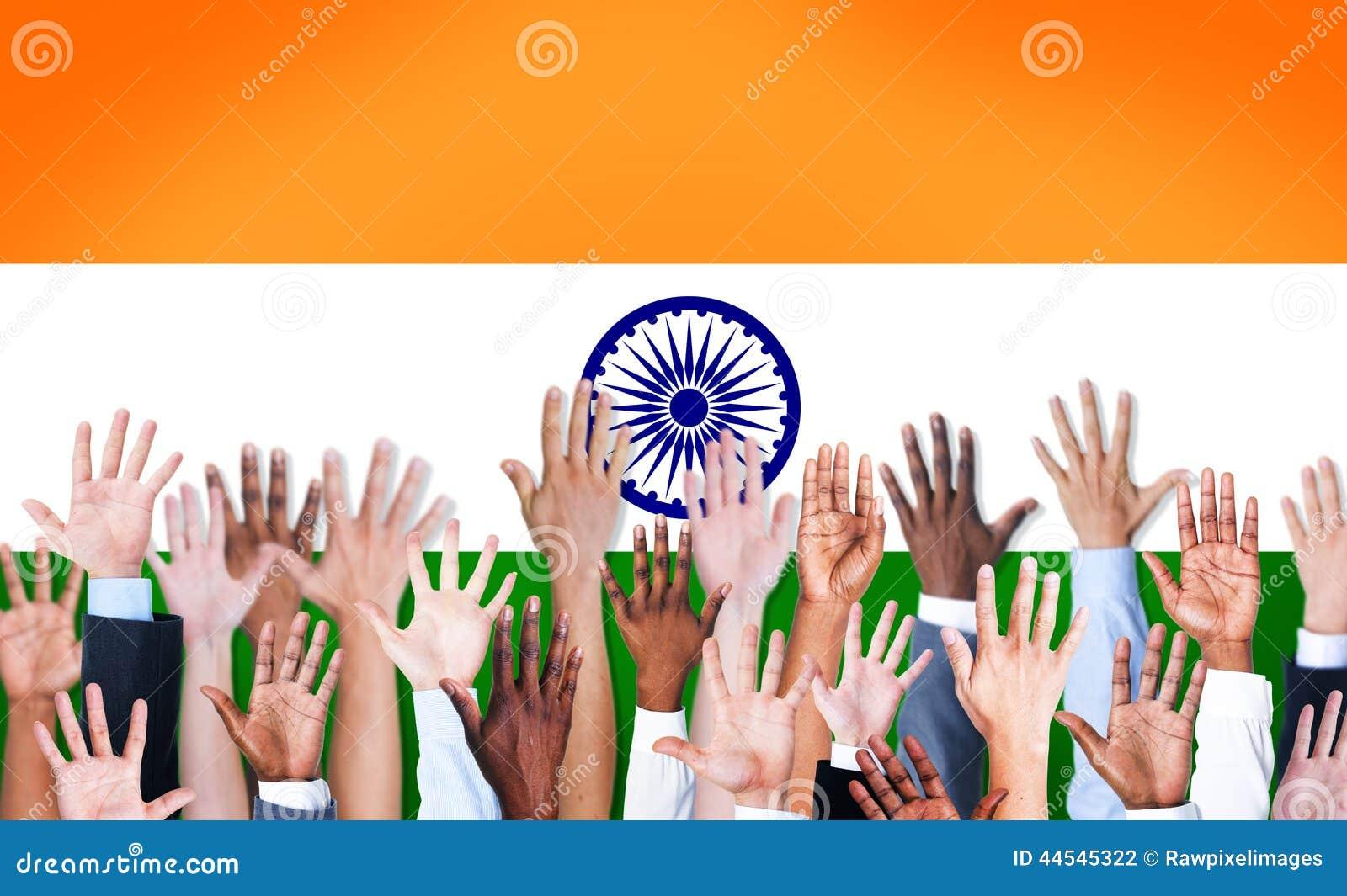 Grupp av lyftta multietniska armar och en flagga av Indien