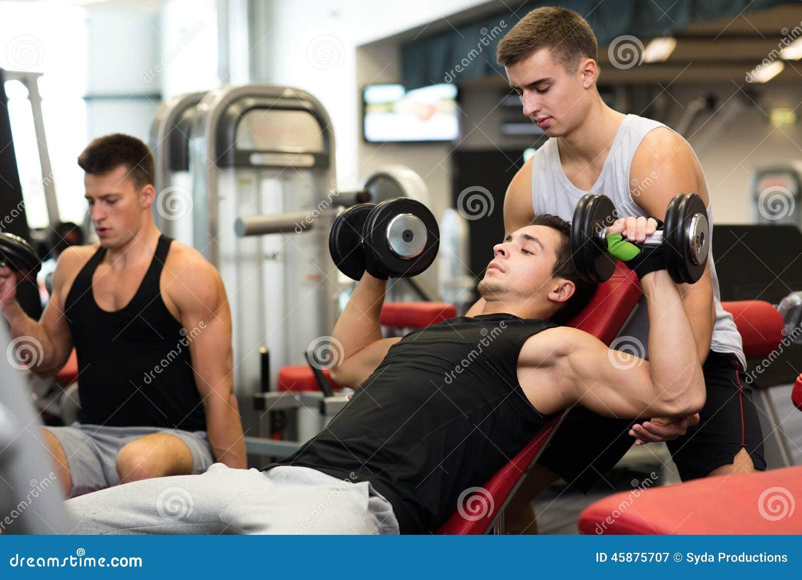 Grupp av män med hantlar i idrottshall