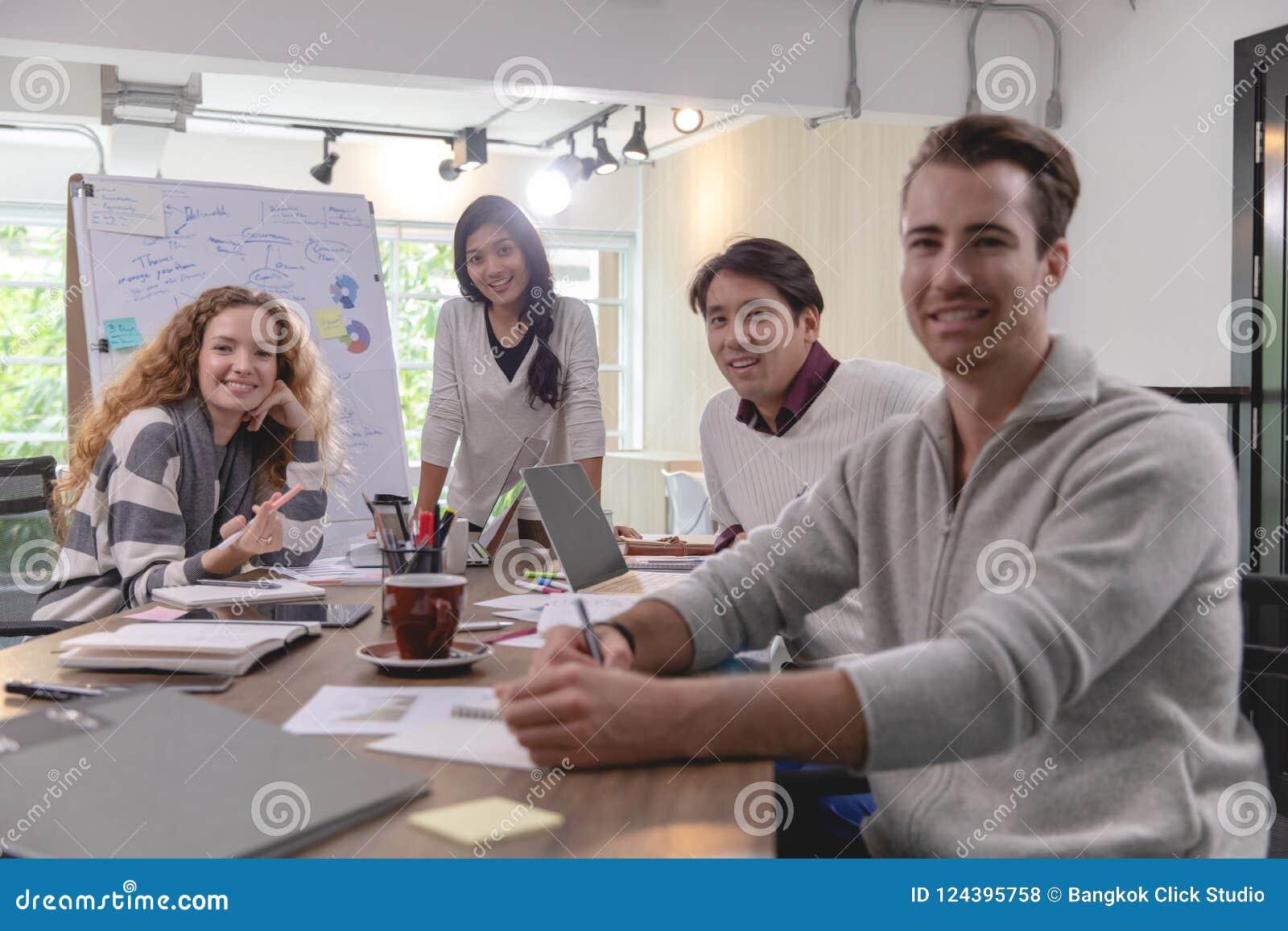 Grupp av mångfaldaffärsmän som tillsammans in arbetar idékläckning