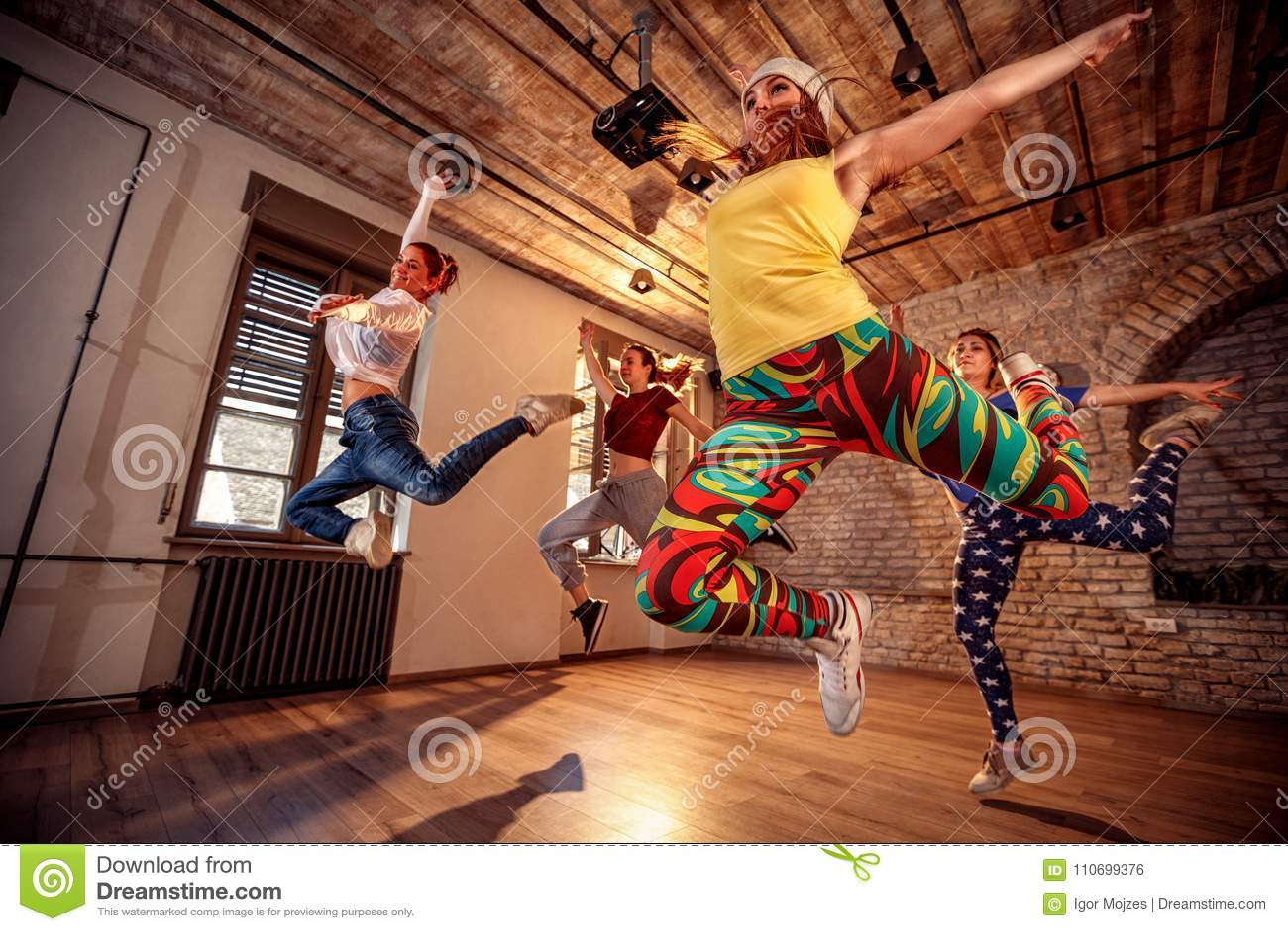 Grupp av modern dansarebanhoppning under musik