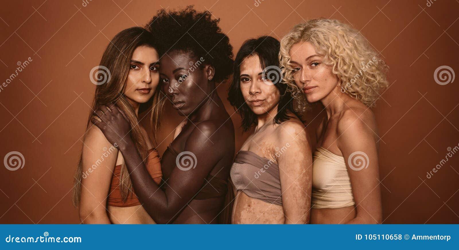 Grupp av olika kvinnor som tillsammans står