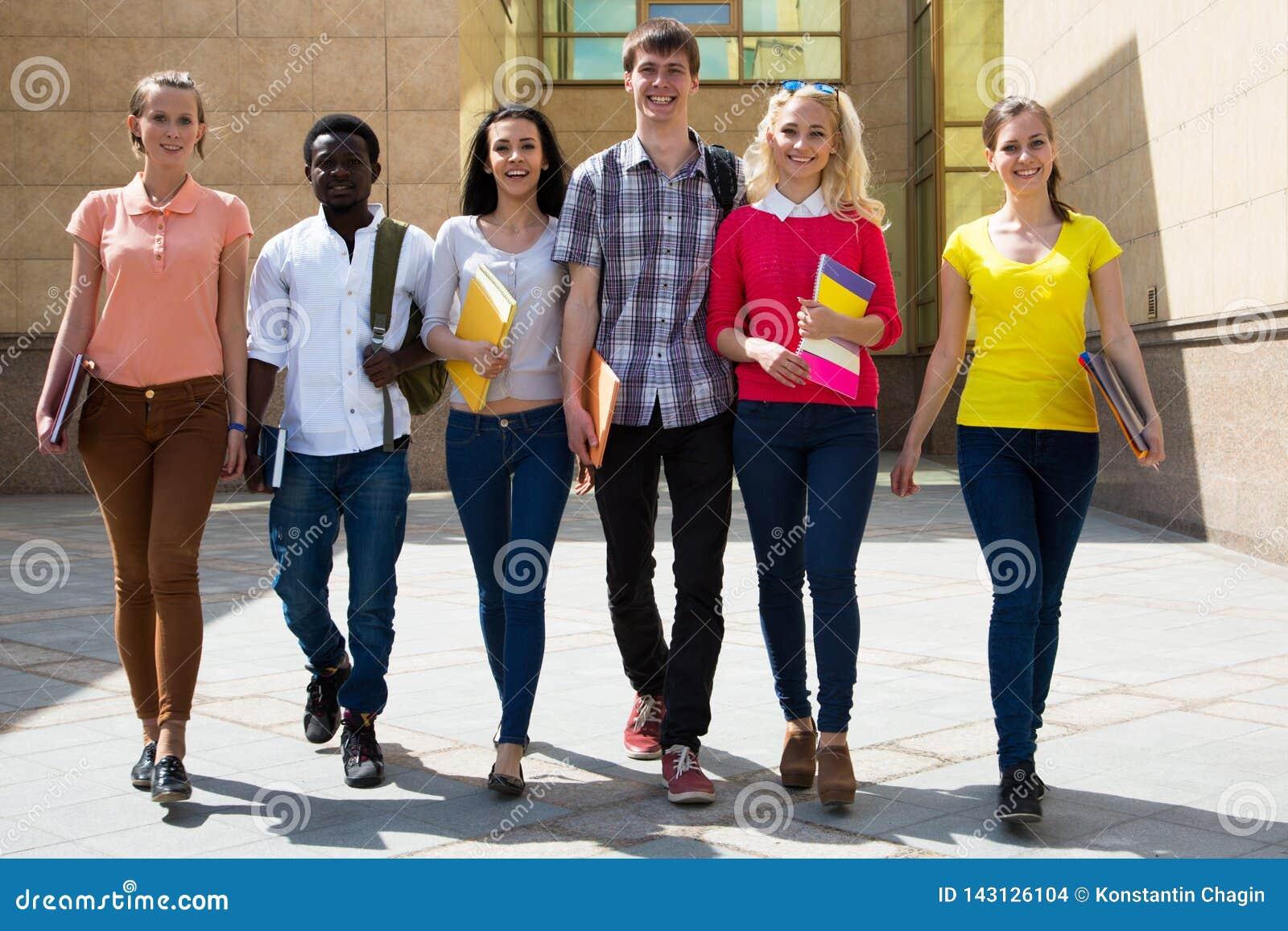 Grupp av olika studenter som tillsammans g?r