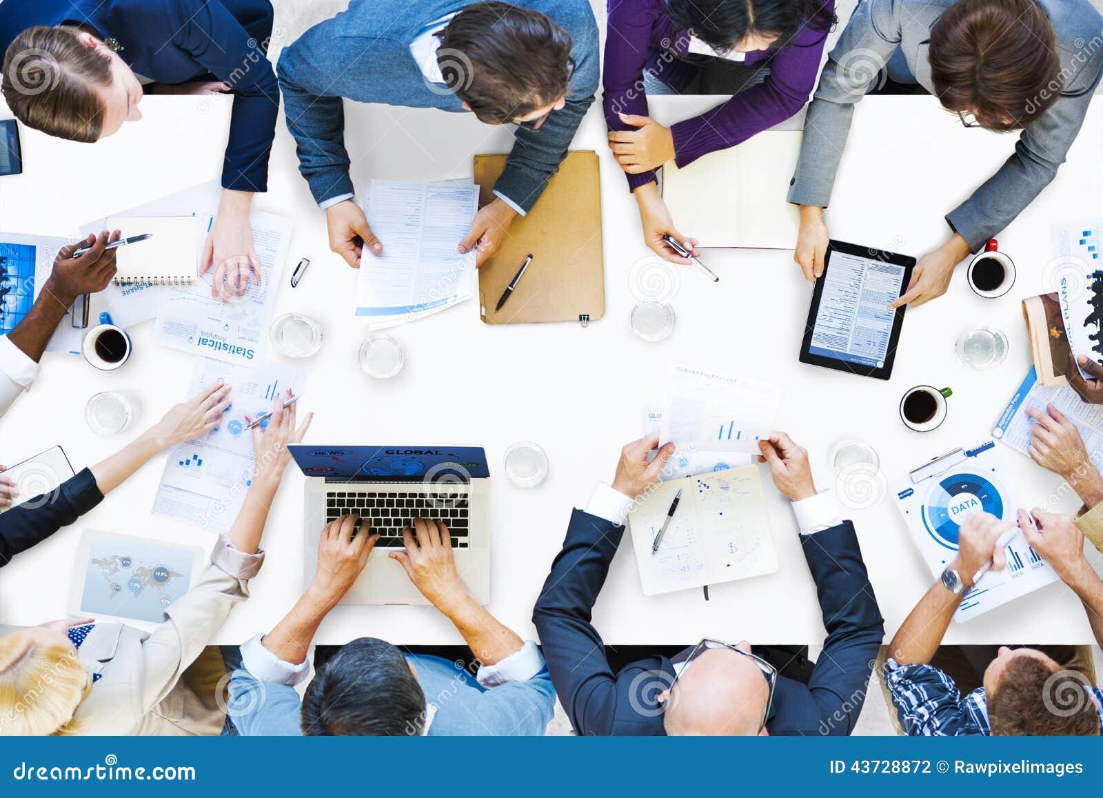 Grupp av olikt affärsfolk på ett möte