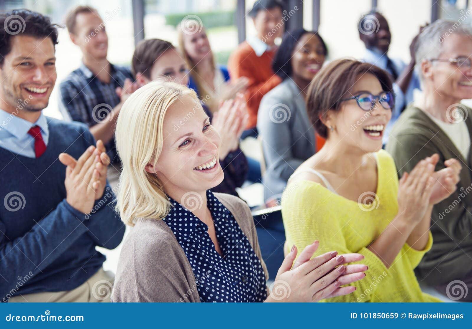 Grupp av olikt folk i en konferens