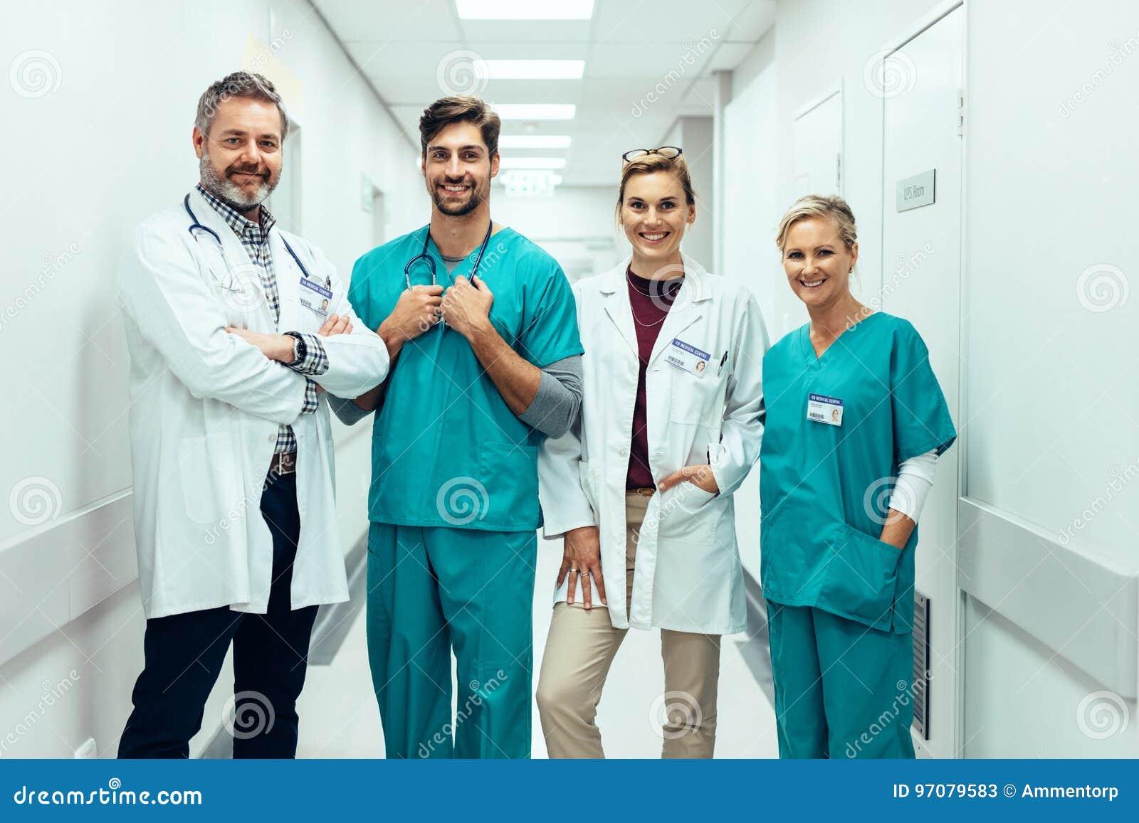 Grupp av personer med paramedicinsk utbildning som står i sjukhuskorridor