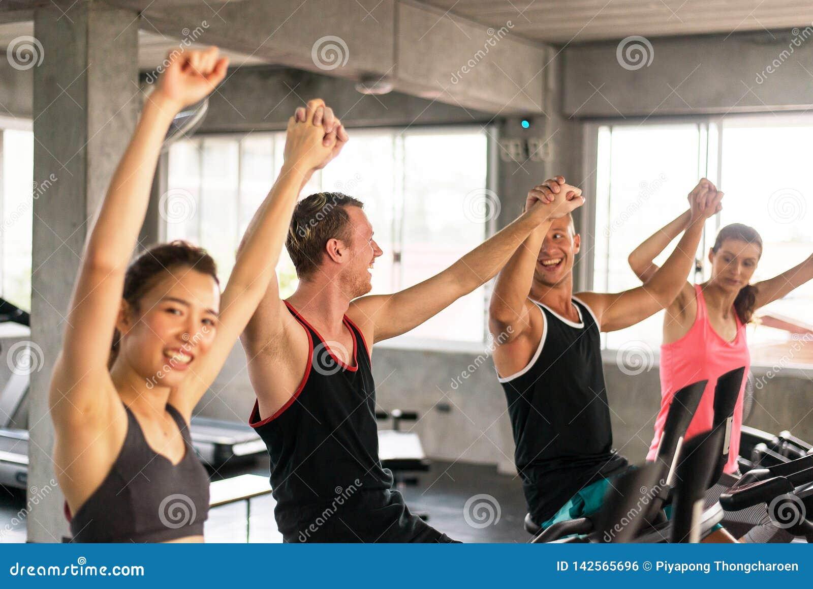 Grupp av rais för mångfaldfolkhand upp för motivationen, attraktivt sportigt ungt vänligt lag som är lyckligt och tillsammans