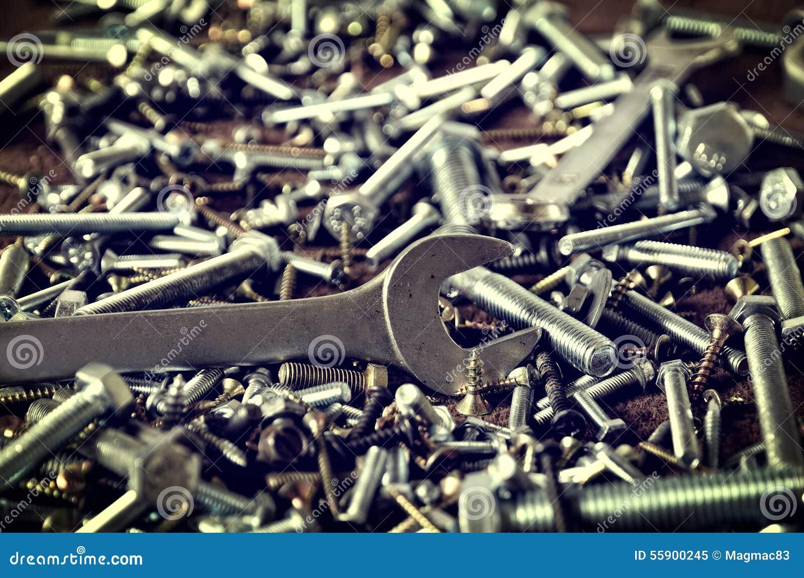 Grupp av skruvar och skiftnycklar