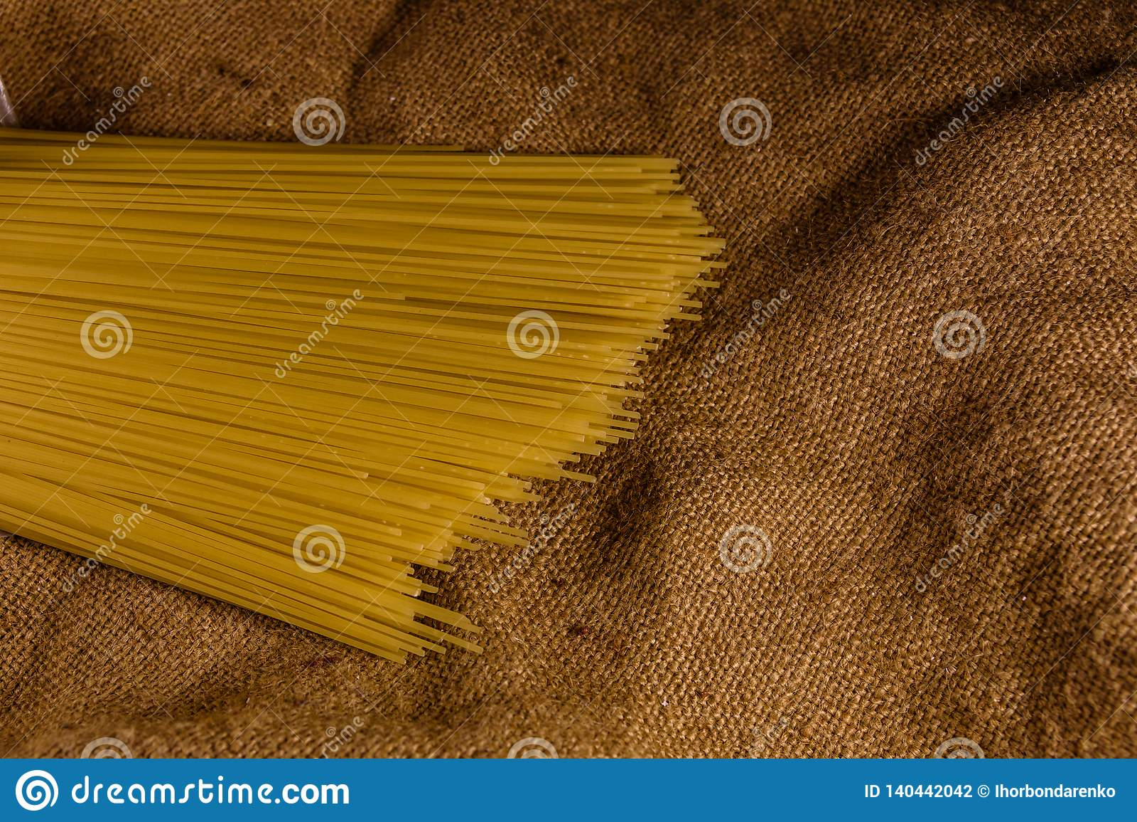 Grupp av spagetti på säckväv Top beskådar
