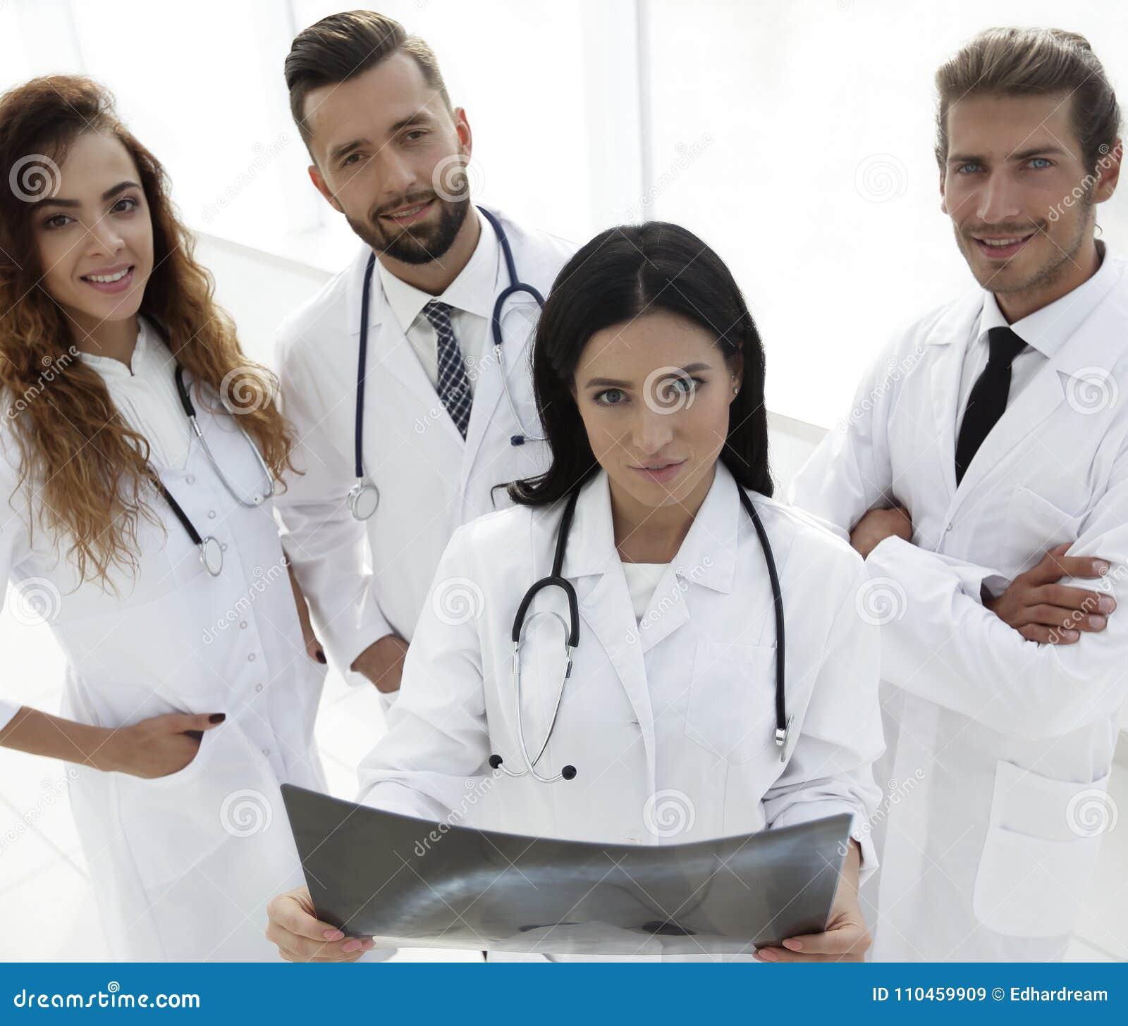 Grupp av ståenden för medicinska arbetare i sjukhus