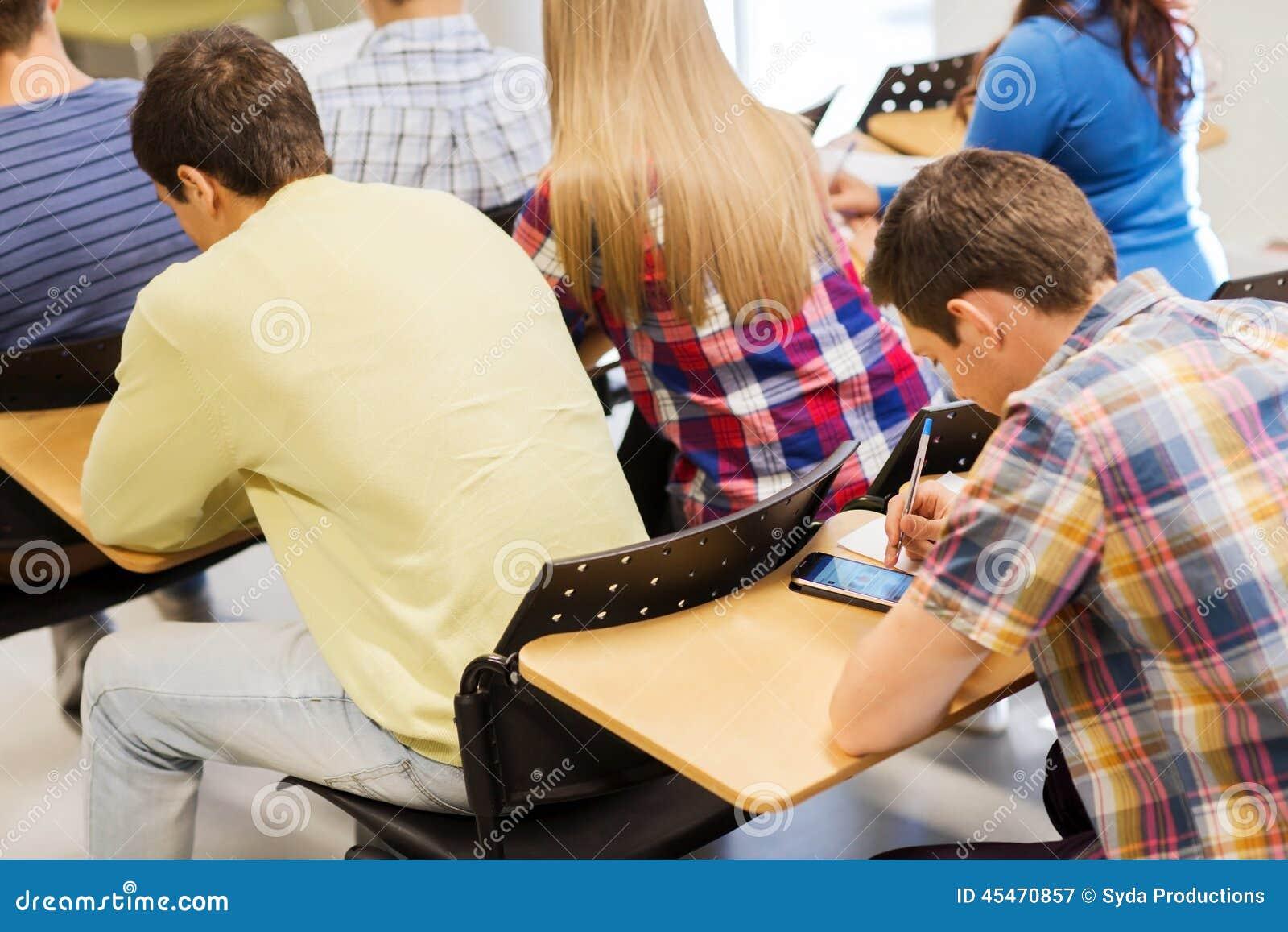 Grupp av studenter i klassrum